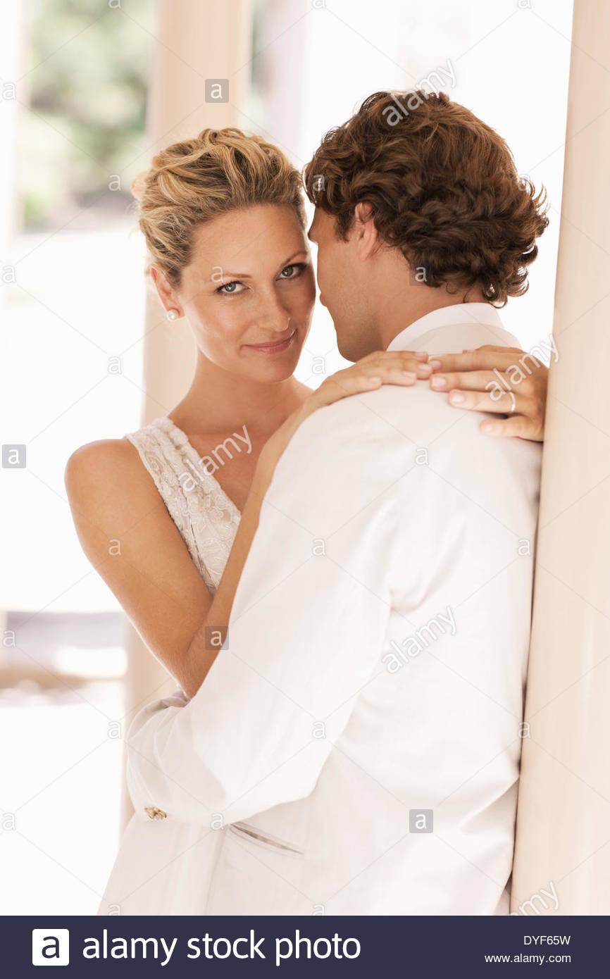 Braut und Bräutigam umarmt Stockbild