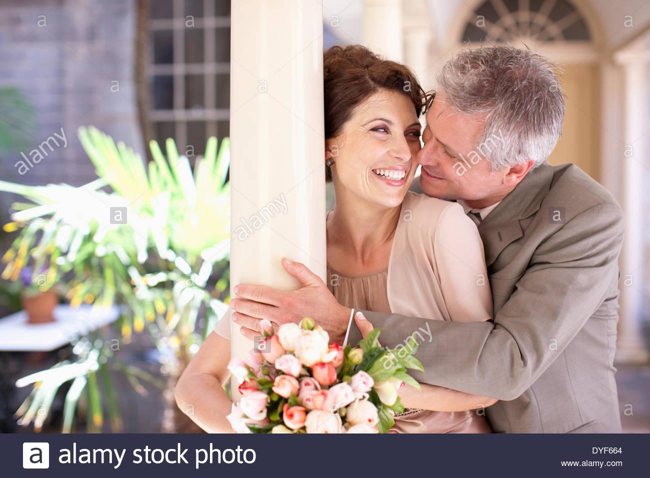 Reife Braut und Bräutigam umarmt Stockbild
