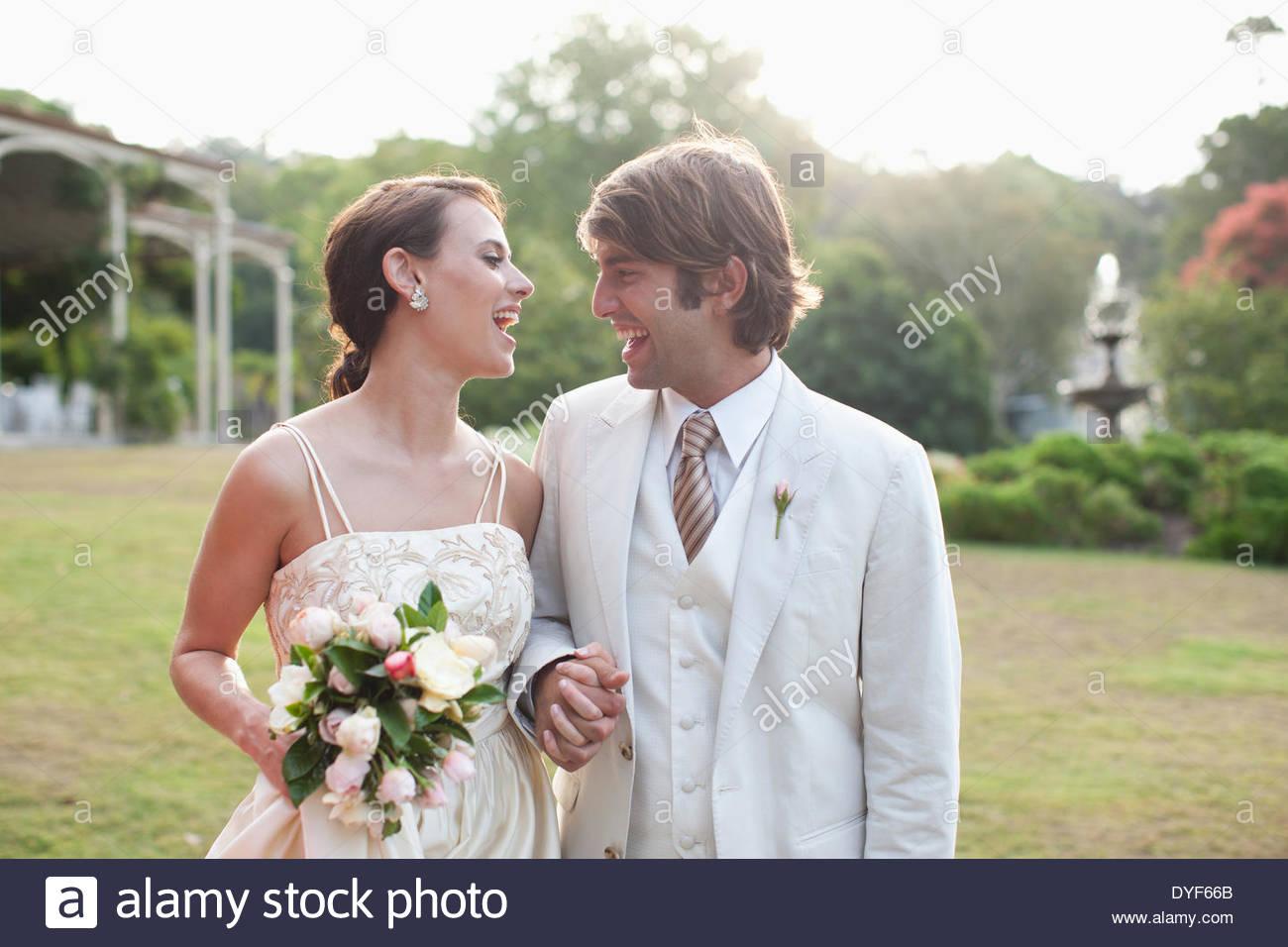 Braut und Bräutigam Hand in Hand Stockbild