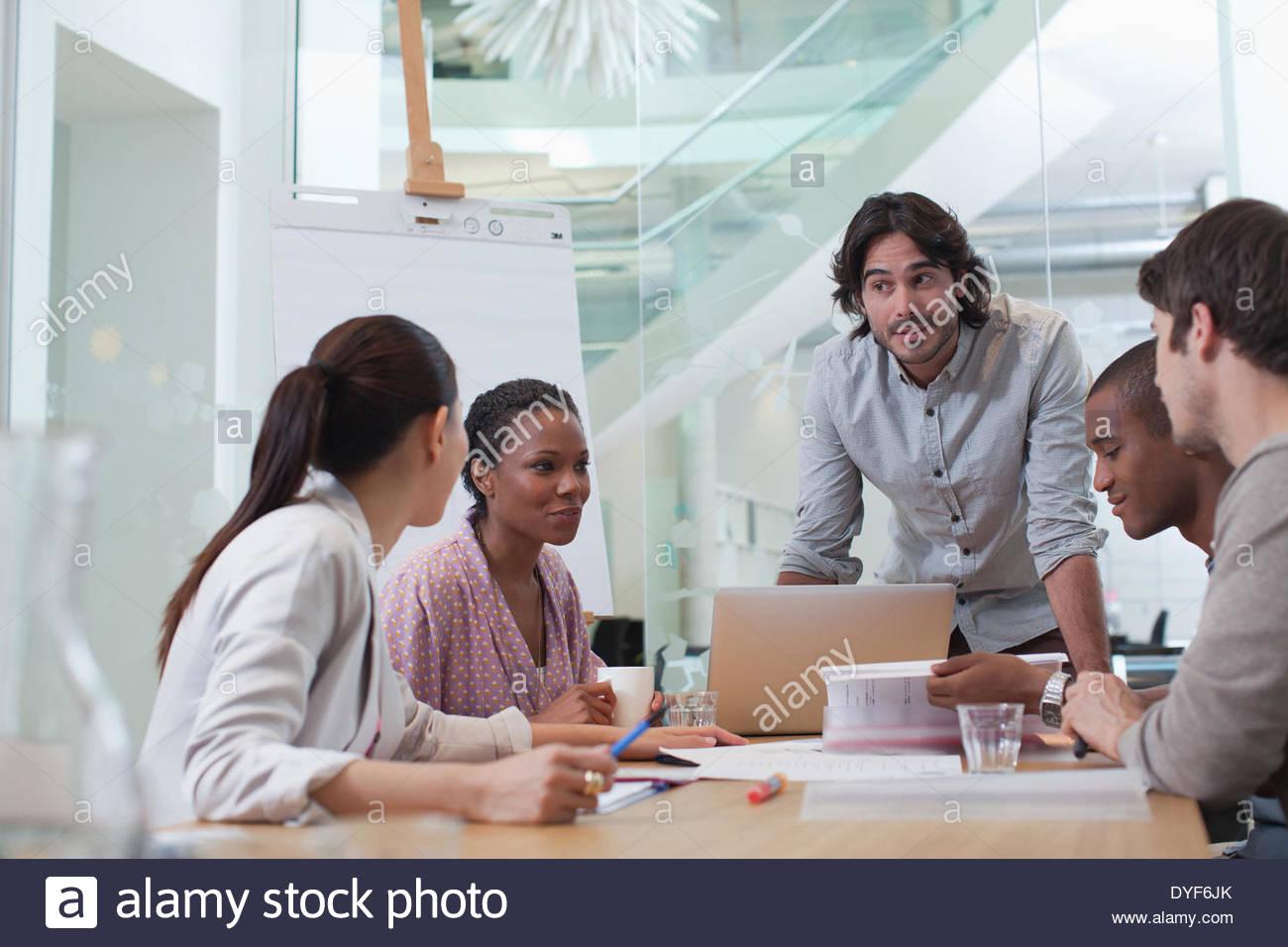 Geschäftsleute treffen im Konferenzraum Stockbild