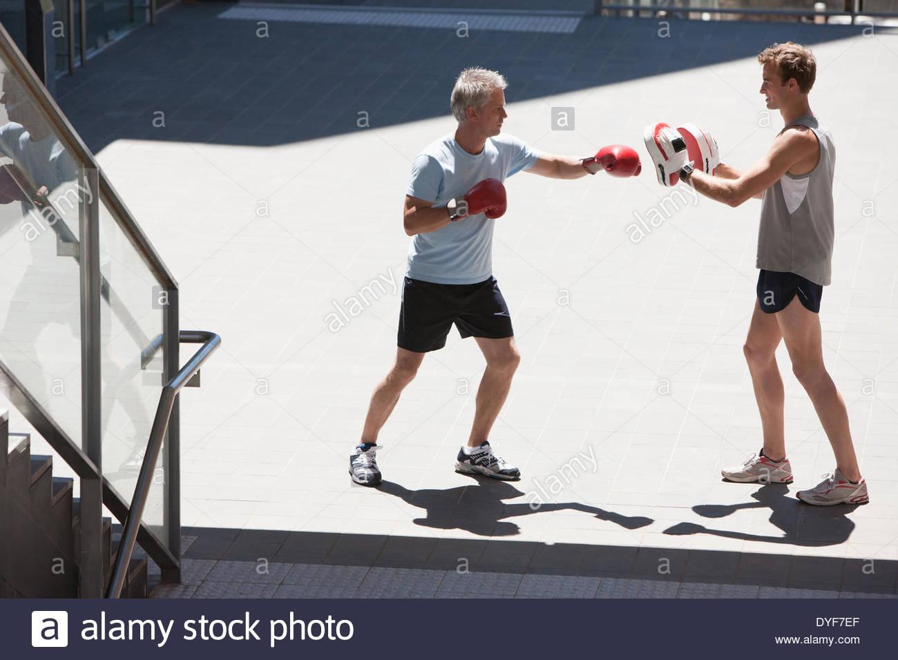 Boxer mit Trainer im freien training Stockbild