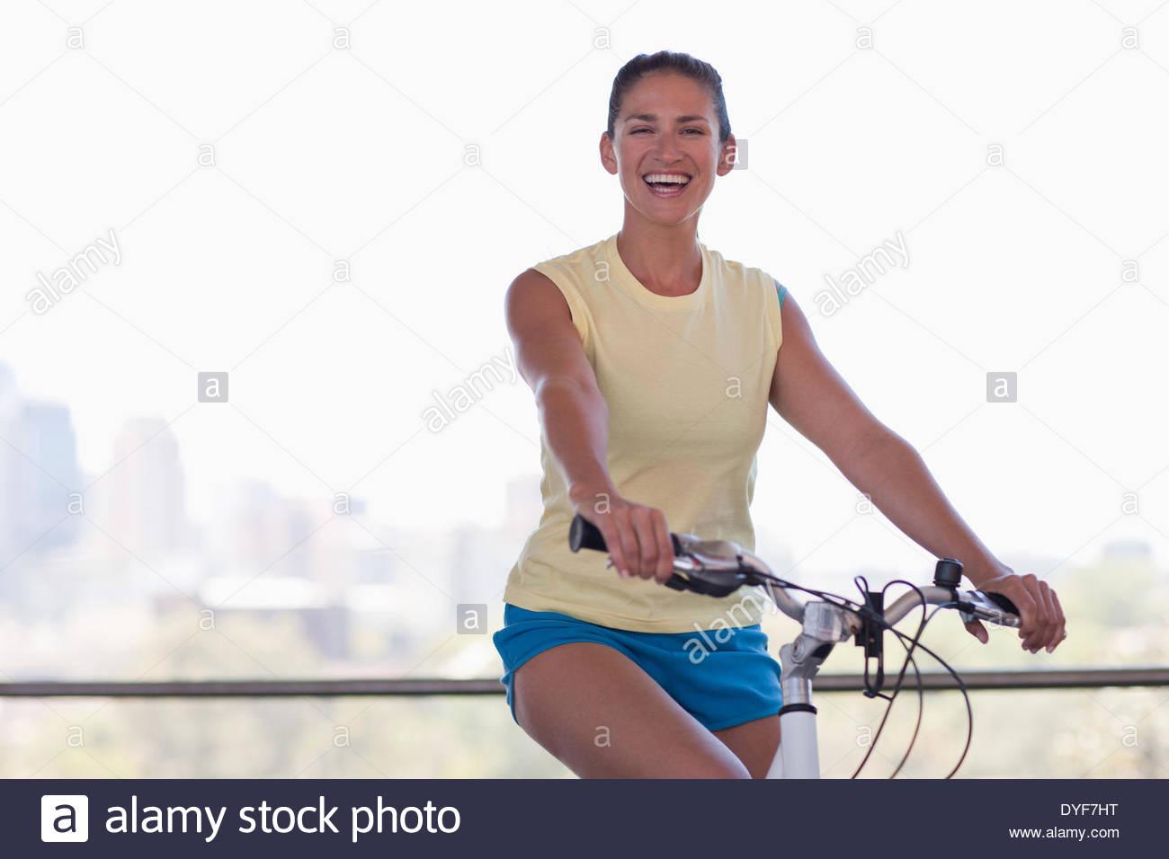 Frau auf dem Fahrrad Stockbild