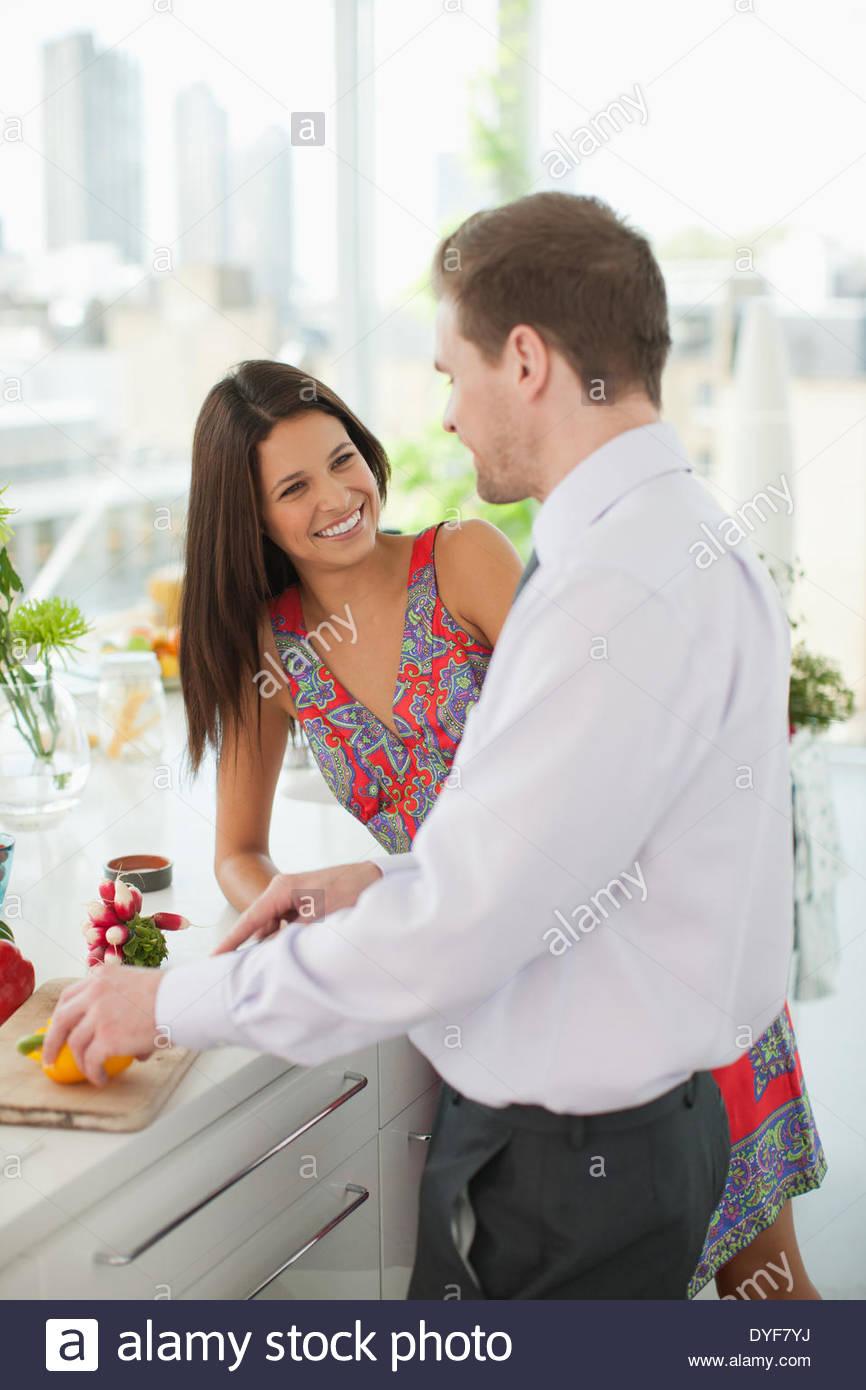 Frau Mann Schneiden von Gemüse in der Küche beobachten Stockbild