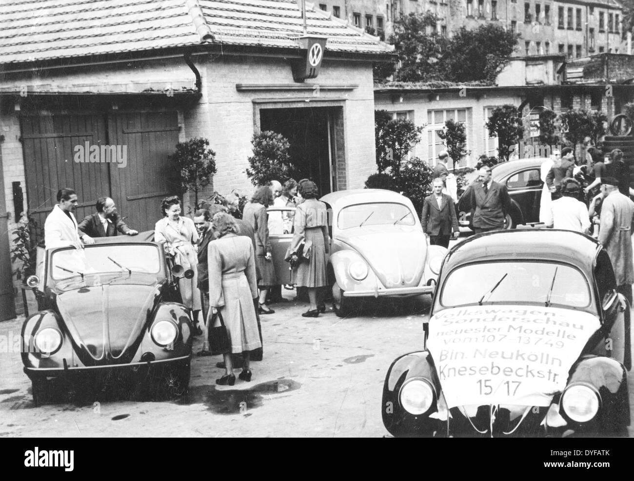 Eine Sonderausstellung des VW Automobile in Knesebeck-Strasse in West-Berlin, Juli 1949. Foto: Agentur Voller Ernst Stockbild