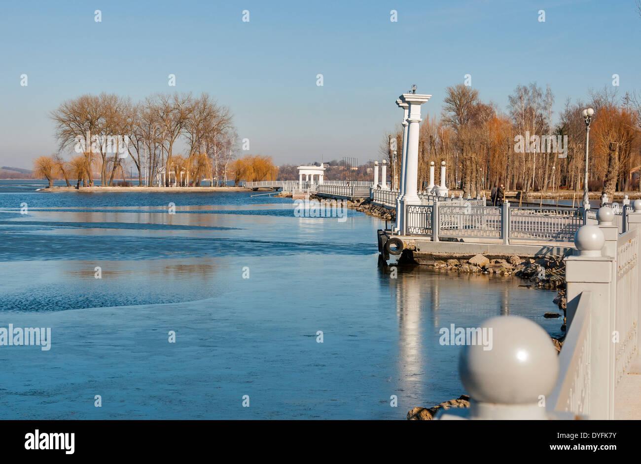 Ternopil Waterfront mit Liebhaber Insel im Frühling Stockfoto