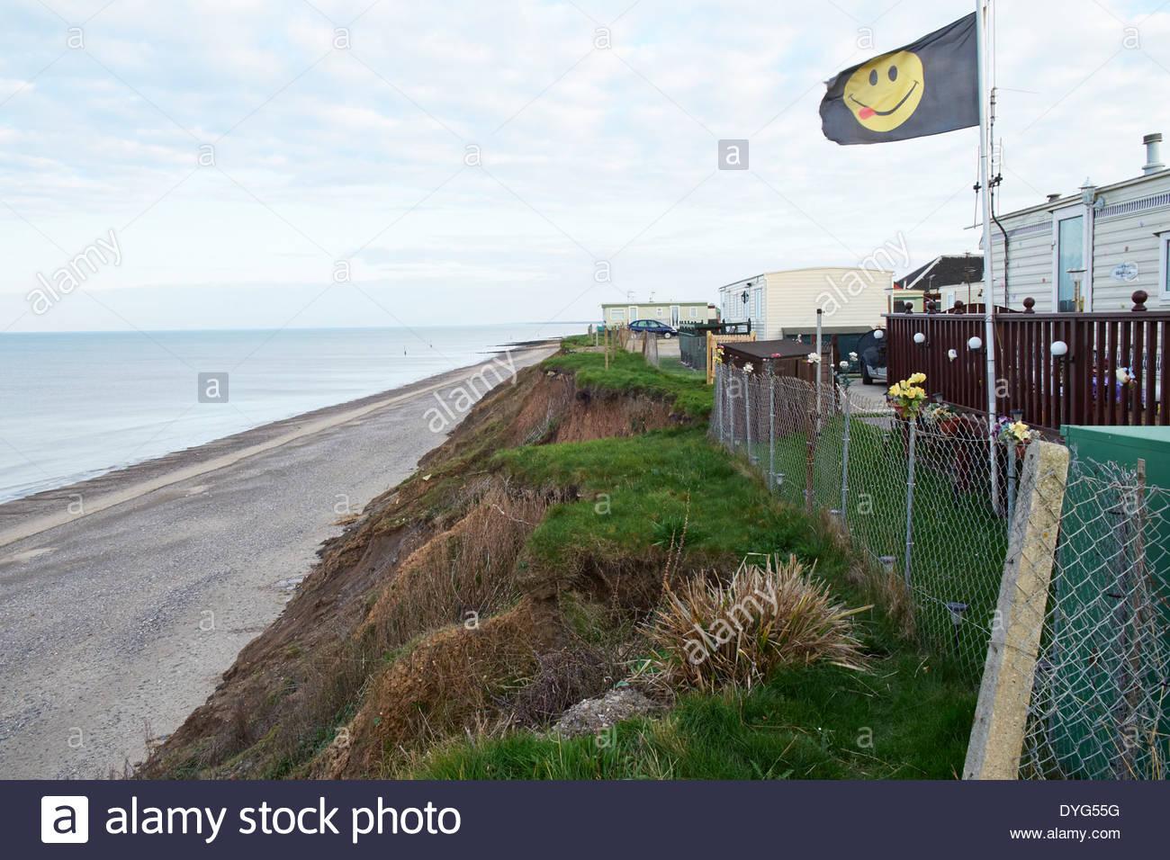 Mobilheime auf Campingplatz unter Androhung von Erosion, Erdrutsch. Clay Klippen am Hornsea, Holderness Küste - Erosion durch das Meer Aktion Stockbild