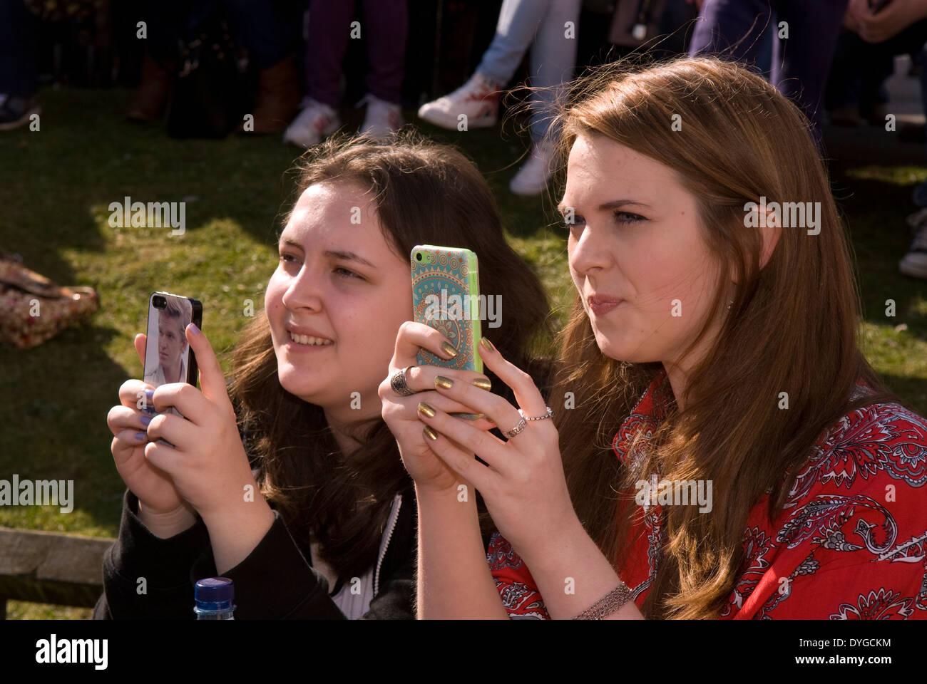 Jugendliche an einem Schaft (Wissenschaft, Technologie, Ingenieurwesen, Mathematik) Festival die Bilder auf ihren Mobiltelefonen von Titan Roboter Stockbild