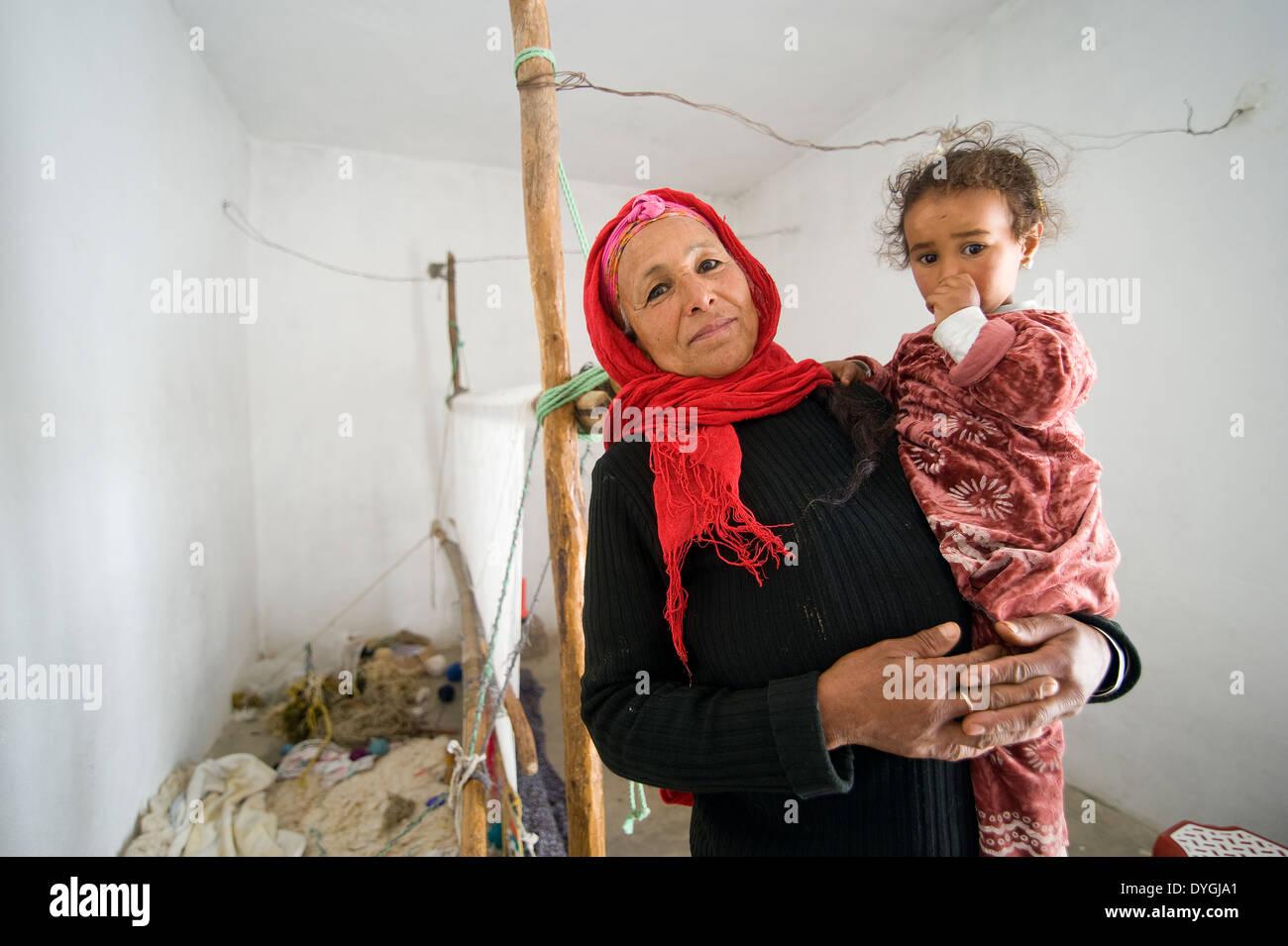 Leben Im Zelt Ohne Heizung Und Fließendes Wasser : Woman child poor village in stockfotos