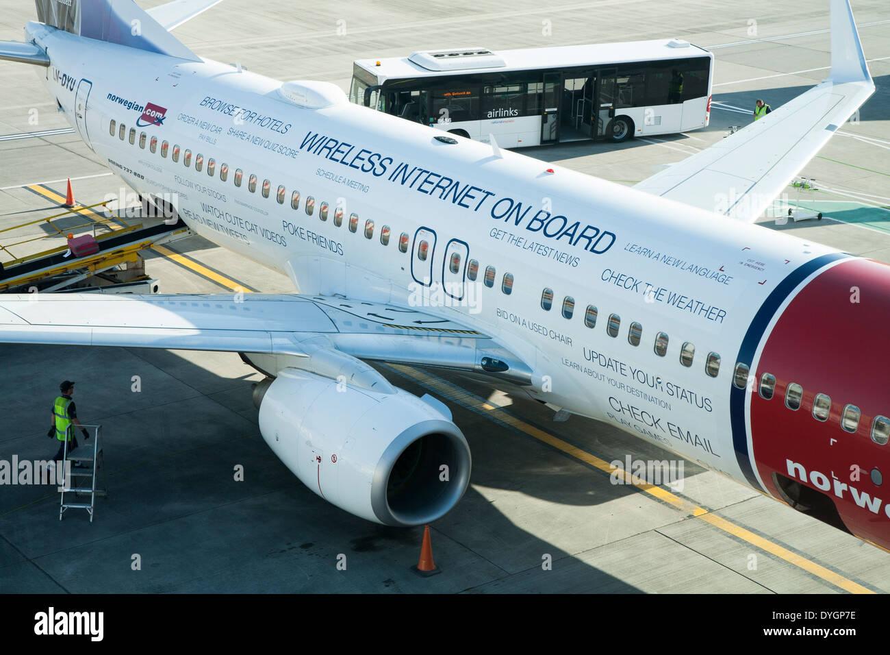 Norwegian.com Flugzeug / Flugzeug gemalt zu fördern / Werbung kostenlos mobiles Internet WIFI für Passagiere Stockbild