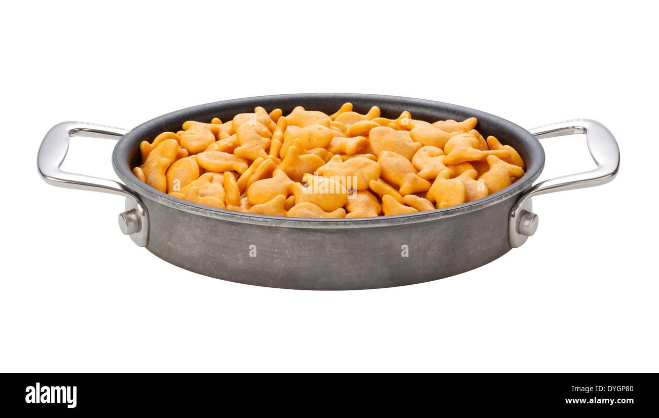 Goldfish Crackers in eine ovale Pfanne isoliert auf einem weißen Hintergrund. Stockbild