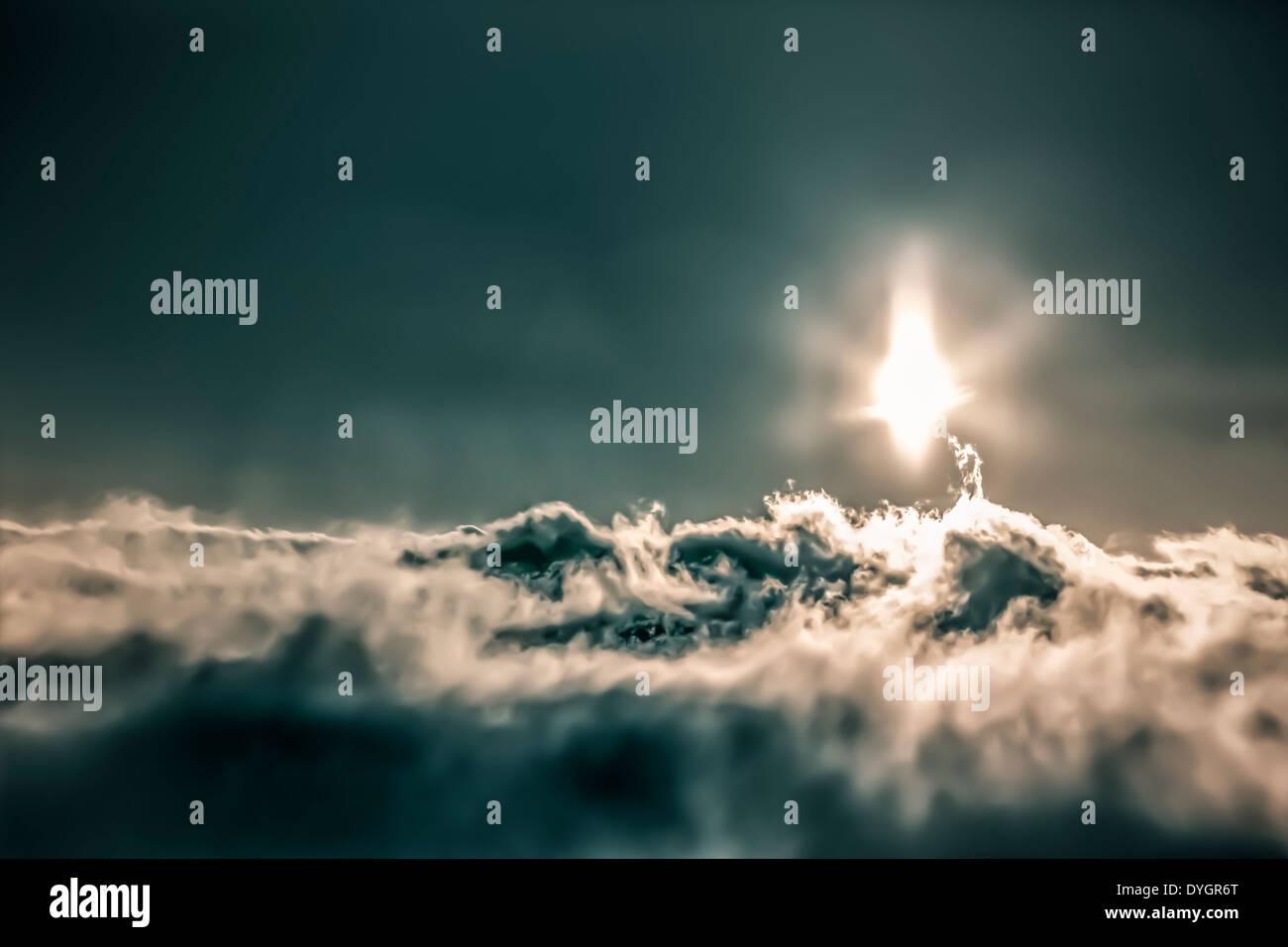 Abstrakte dunklen Himmel mit Sonne und Wolkengebilde. Stockbild