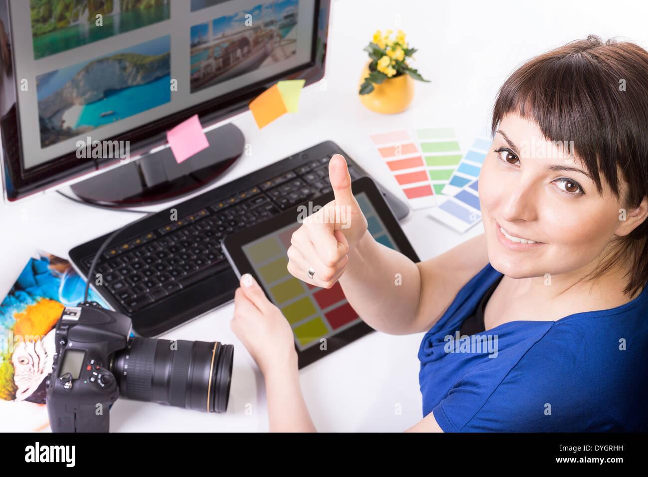 Foto-Editor auf Computer und gebrauchte Grafiktablett arbeiten. Stockbild