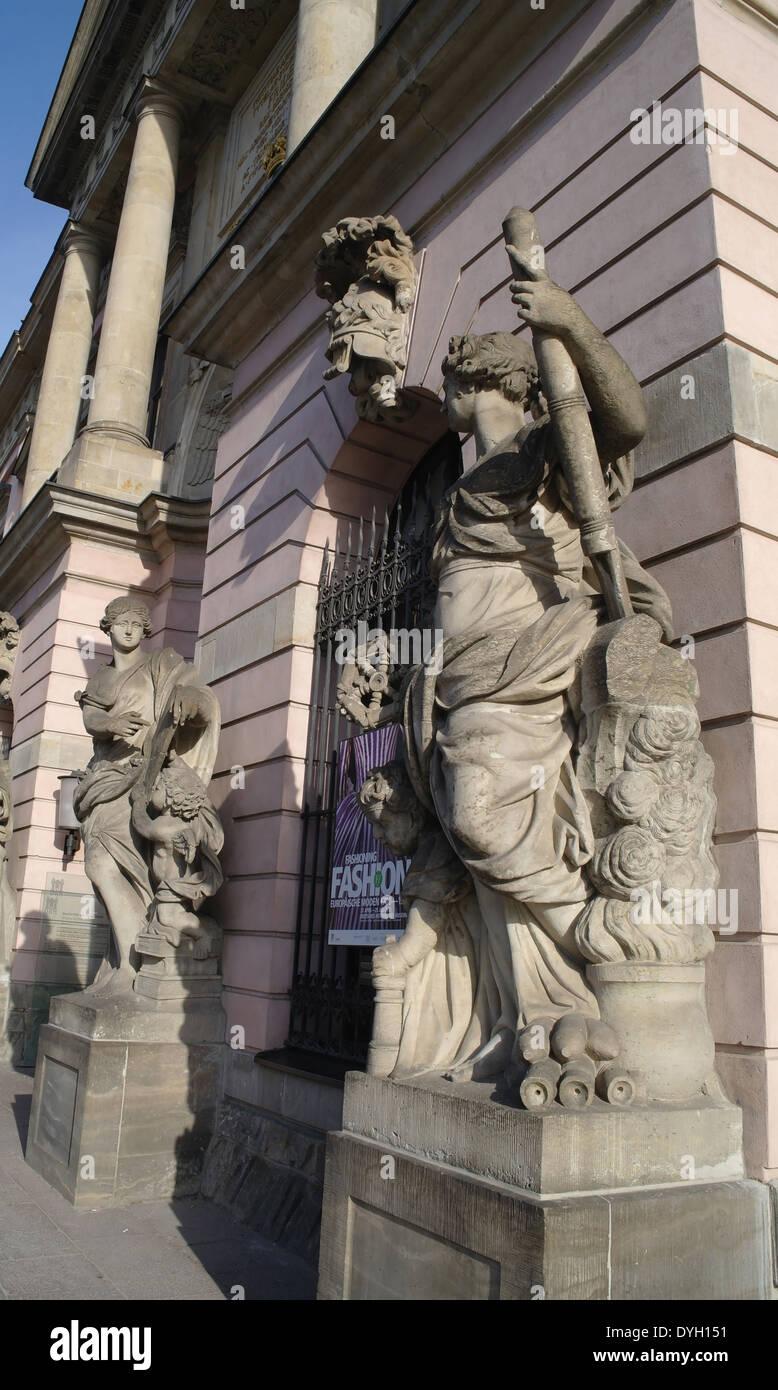 Sonnigen schrägen Porträt Statue Skulpturen am Eingang in das Deutsche Historische Museum (Zeughaus), Unter Den Stockfoto