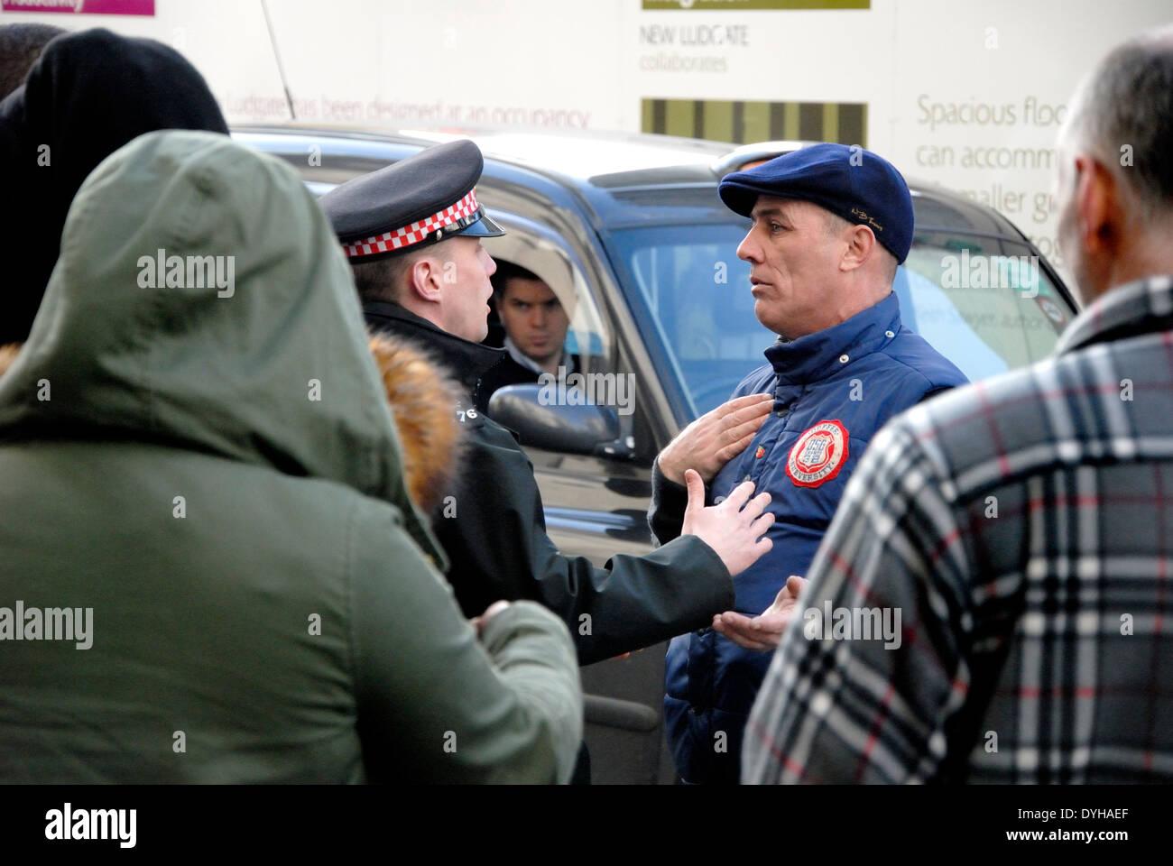 Konfrontation zwischen Polizist und ein Demonstrant auf die Lee Rigby Mord Prozess Verurteilung - Old Bailey 26. Februar 2014. Stockbild