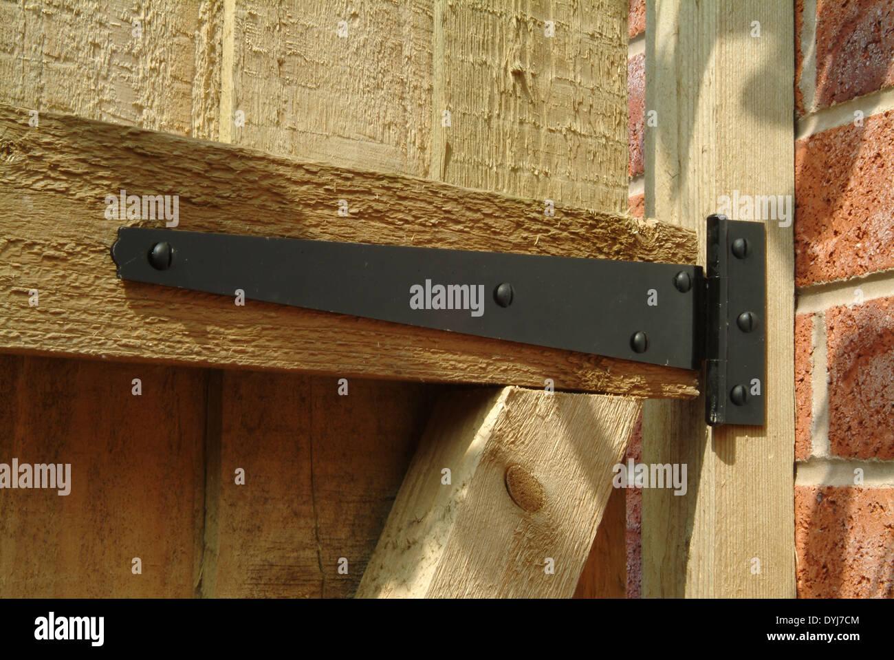 t-scharnier auf hölzerne gartentor stockfoto, bild: 68627796 - alamy