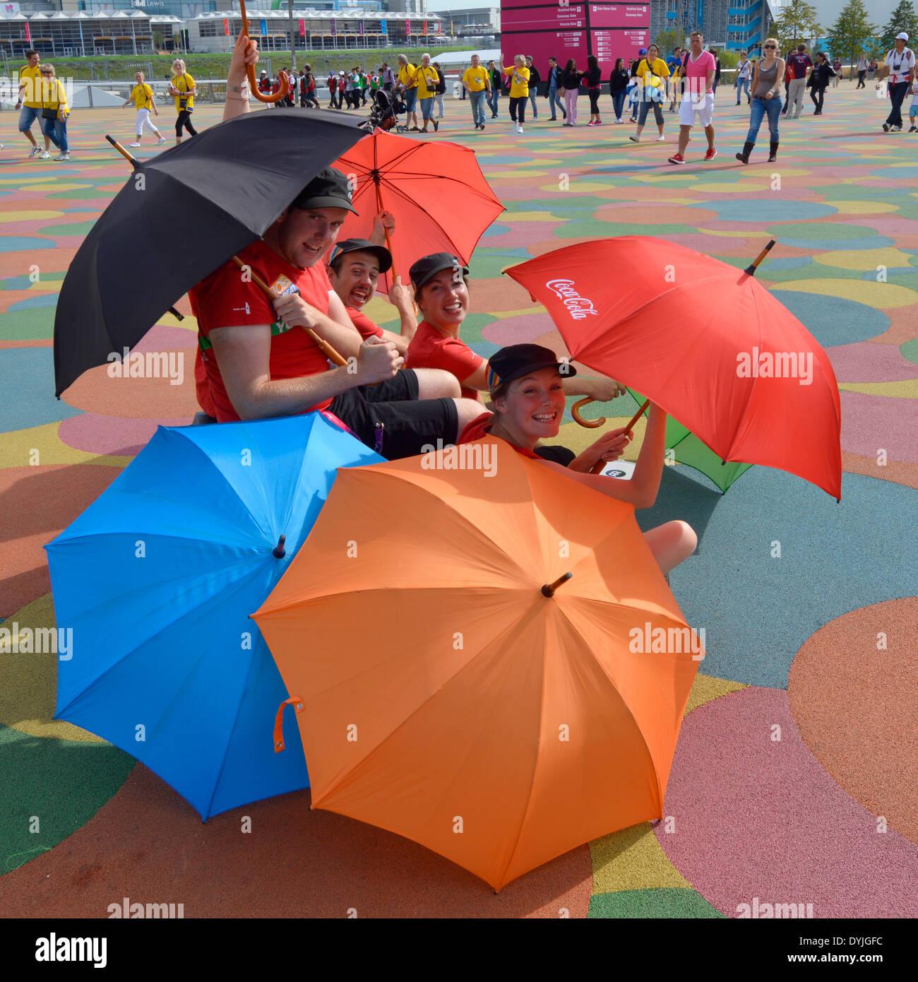 Die Unterhaltung während der London 2012 Spiele in den Olympiapark knallende unter Sonnenschirmen (auch Alamy DY39GE) Stockbild