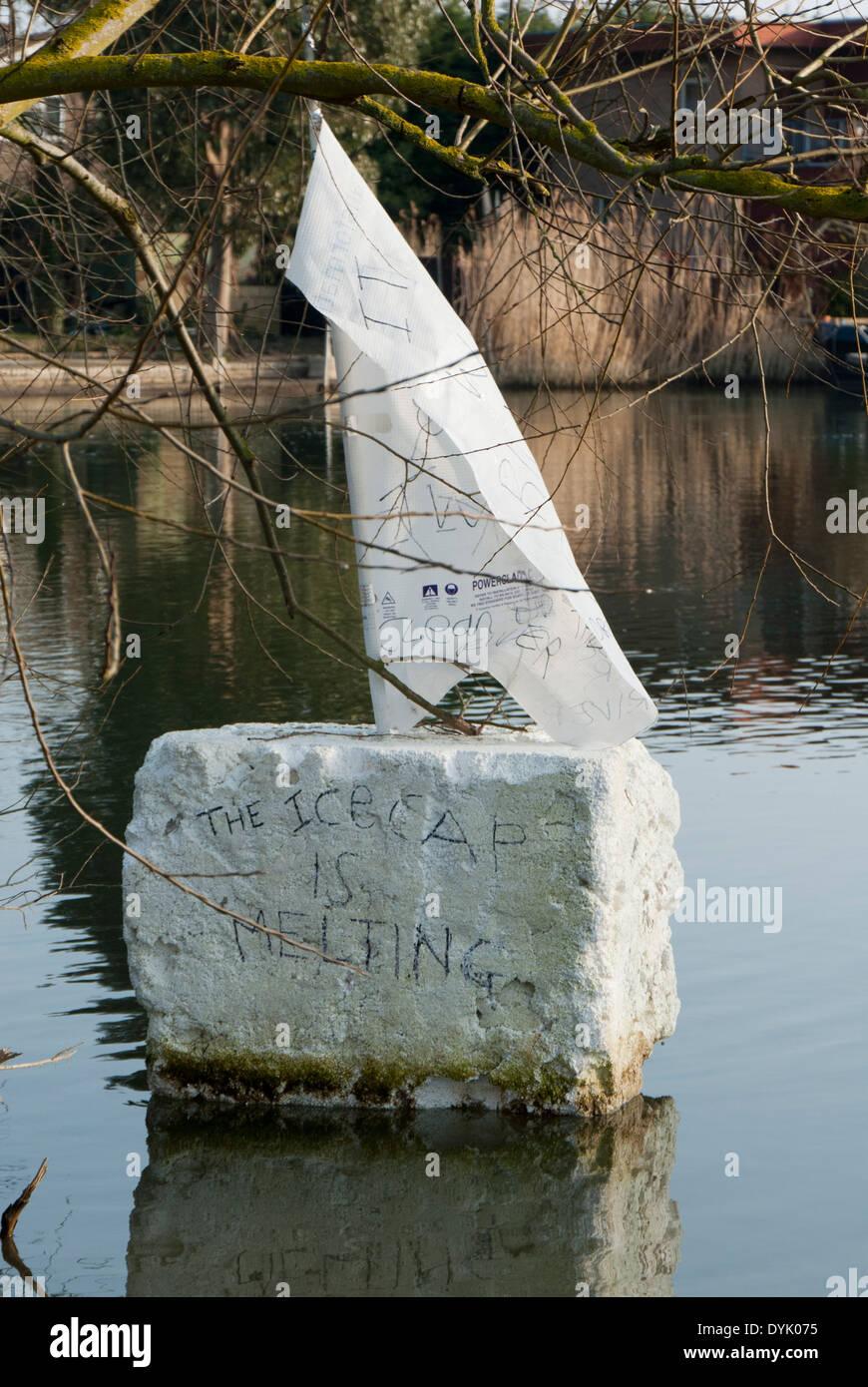 """Protest - Klimawandel dieser schwimmenden Stück Styropor mit einem Segel auf es liest: """"die Eiskappe schmilzt"""", River Thames, Großbritannien Stockbild"""