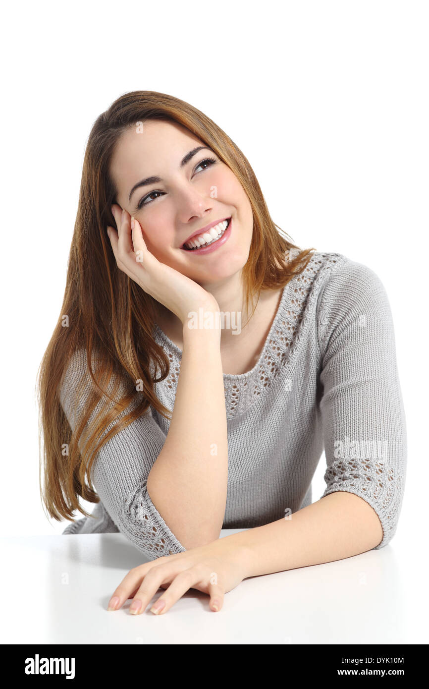 Schöne Träumer Frau denken und träumen Blick seitlich auf einem weißen Hintergrund isoliert Stockbild
