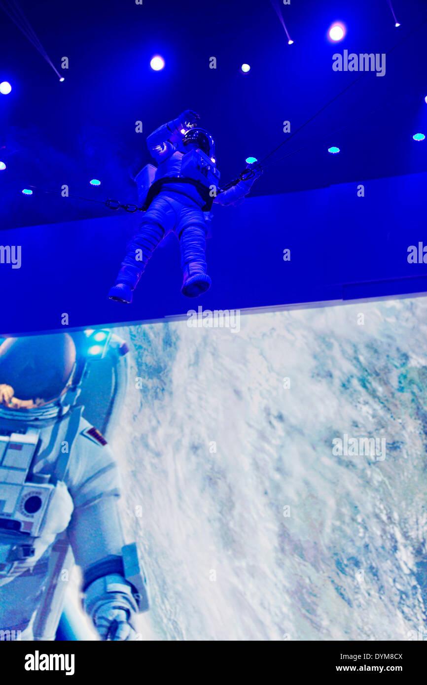 Spaceman im Raumanzug war Teil einer Performance während einer Präsentation der Sportwagen Porsche Boxster GTS und Porsche Cayman GTS am Vorabend der Peking Auto Show in Peking, China, am Samstag, 19. April 2014. (CTK Foto/Rene Fluger) Stockbild