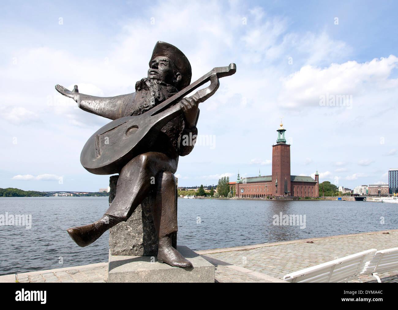 Skulptur von einem Lautenspieler vor Stockholm Rathaus Stockholms Stadshus, Stockholm, Stockholms län, Schweden Stockbild
