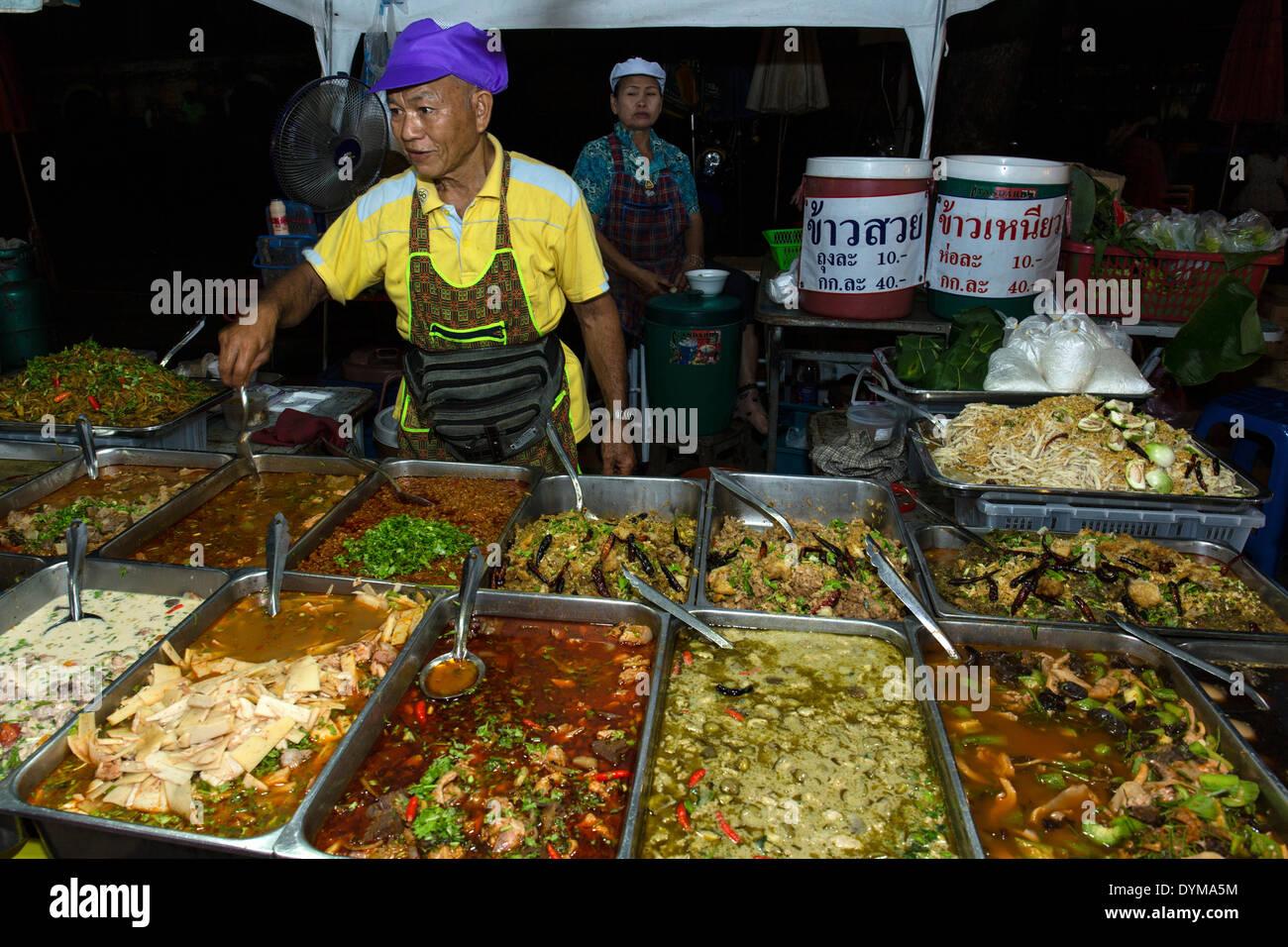 Mann, thailändische Spezialitäten, Nachtmarkt in Walking Street, Chiang Rai, Chiang Rai Provinz, Nord-Thailand, Thailand zu verkaufen Stockbild