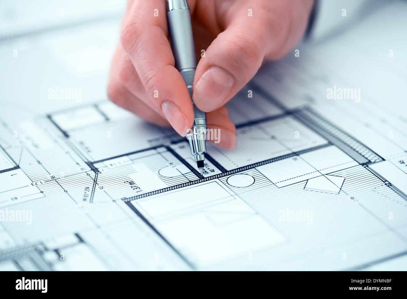 Frau Architekten zeichnen auf Blaupause Bauprojekt Stockfoto, Bild ...