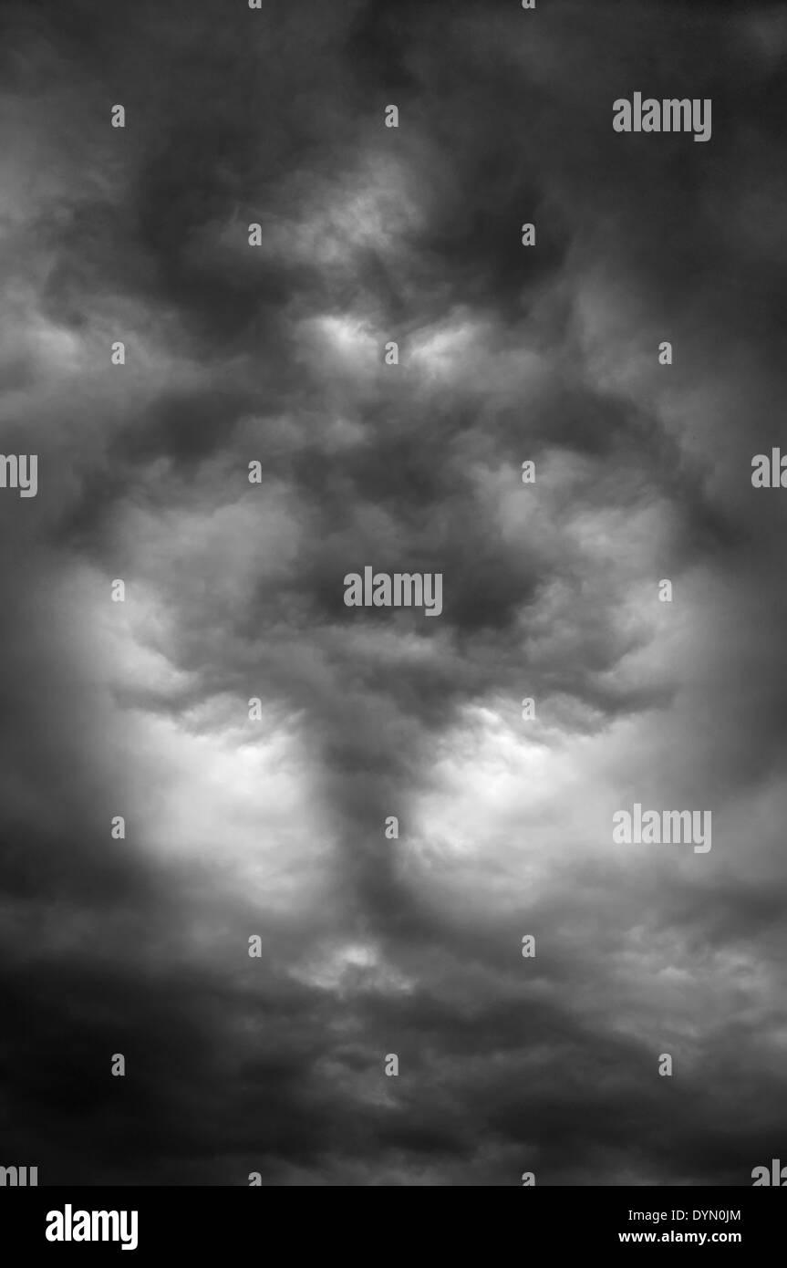Dunkle Wolken erstellen einen schrecklichen Dämon in den Himmel Stockbild