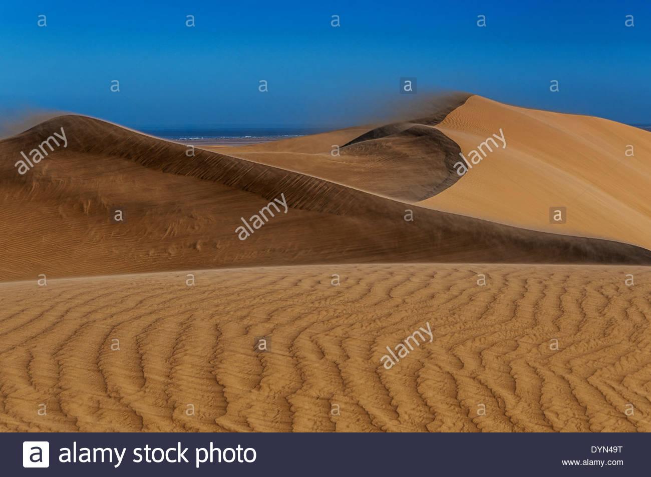 Sand-Muster oder Wellen Sand im Vordergrund berücksichtigt das Auge weiter den Schuss Weg zu sterben Dünen im Hintergrund. Stockbild