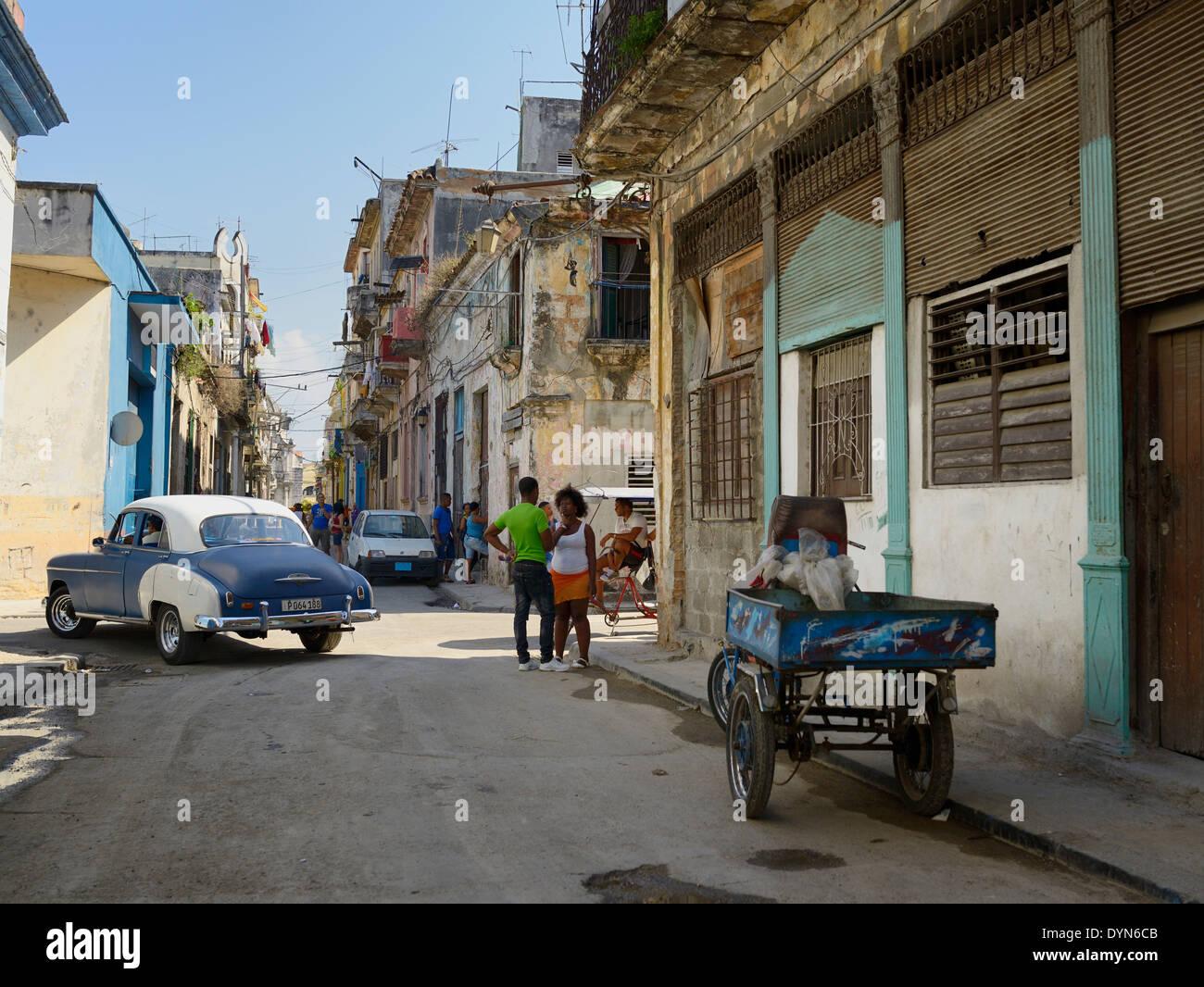 Straße in der Altstadt von Havanna Kuba mit lokalen Kubaner sprechen und Taxis auf der Suche nach einem Tarif Stockbild