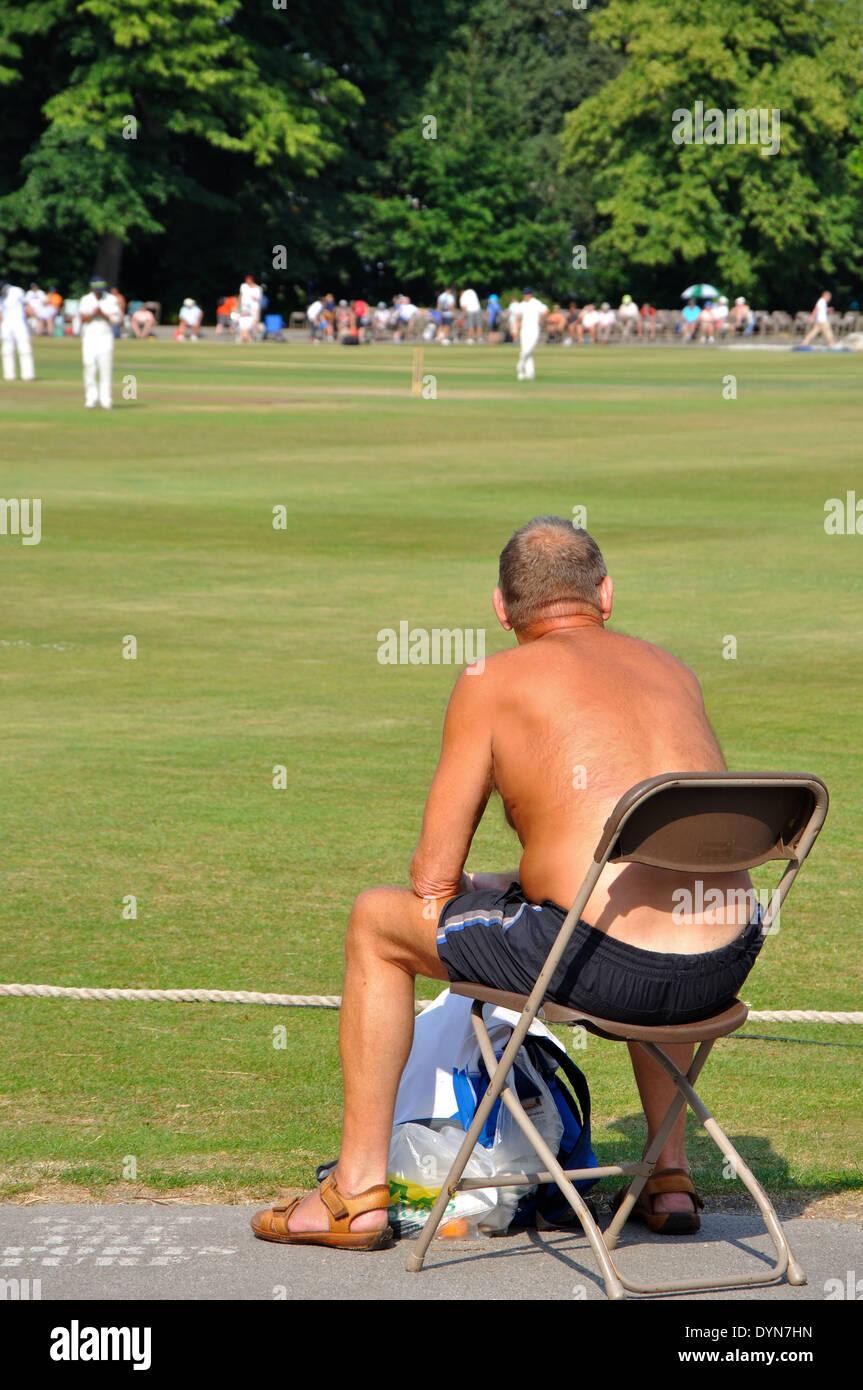 Zuschauer beobachten county Cricket, Derbyshire gegen Yorkshire, Queens Park, Chesterfield, Derbyshire, England am 18. Juli 2013 Stockbild