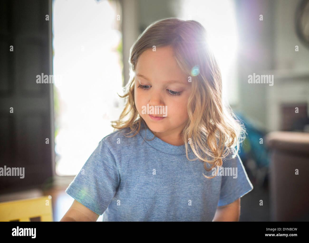 Sonne hinter Mädchen im Wohnzimmer Stockfoto