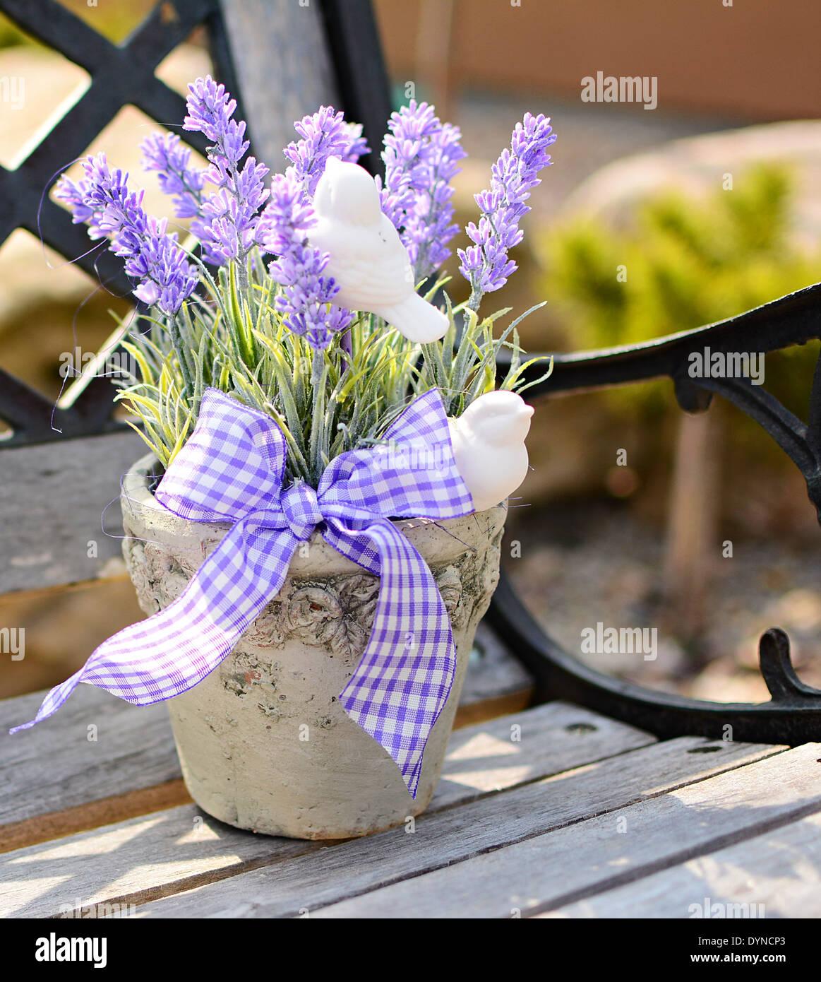 Lavendel In Den Alten Topf Auf Der Bank Haus Dekoration Stockfoto