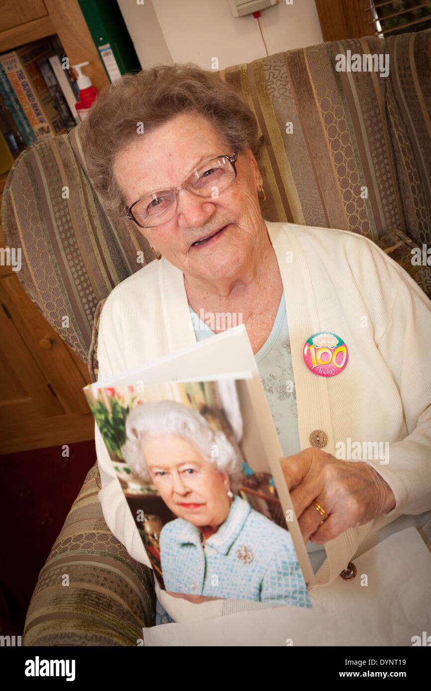 Ältere Frau mit ihren 100. Geburtstag-Karte von der Königin. Stockbild