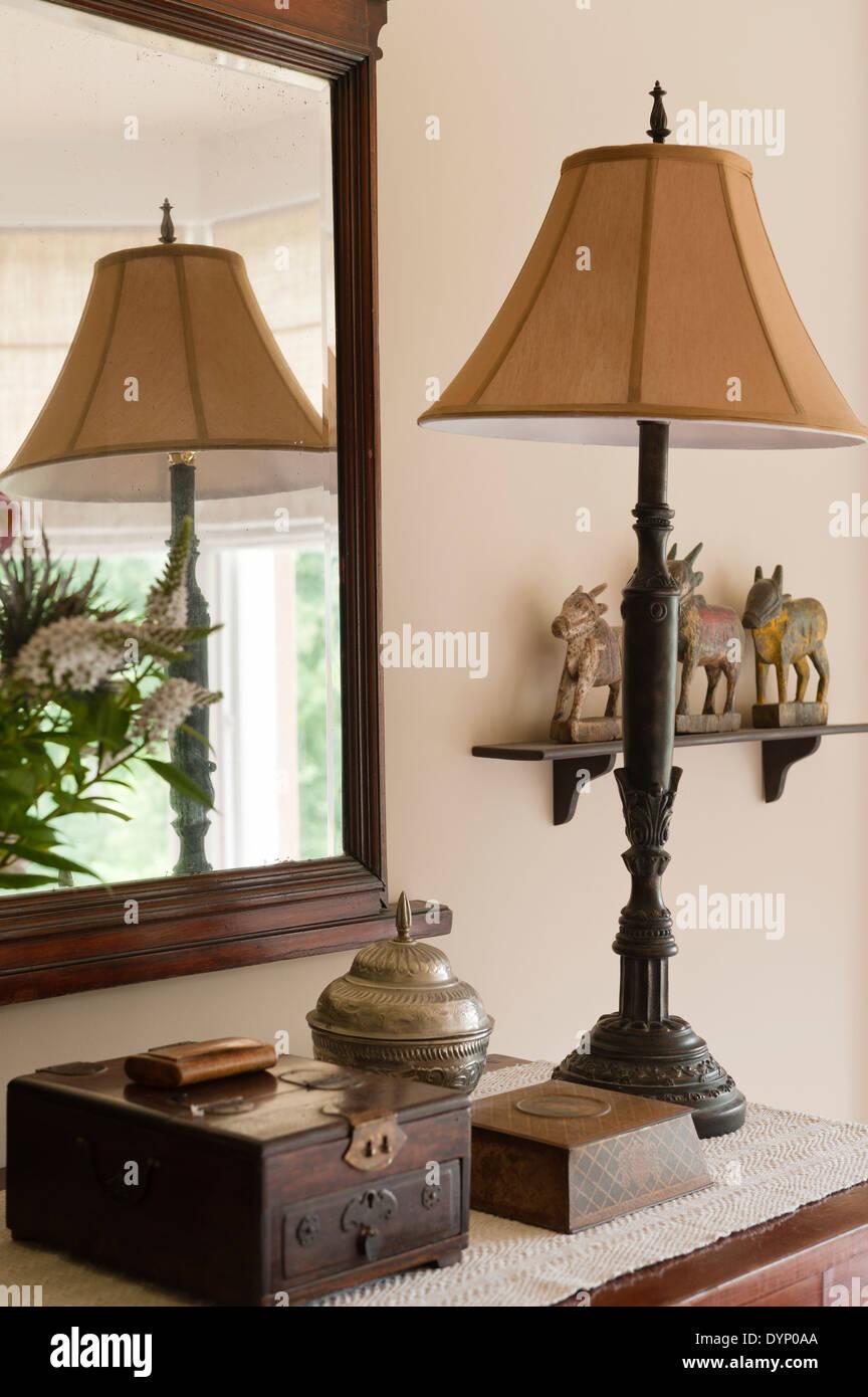 Gruppe von Objekten mit Lampe, Spiegel und Schmuck box Stockbild