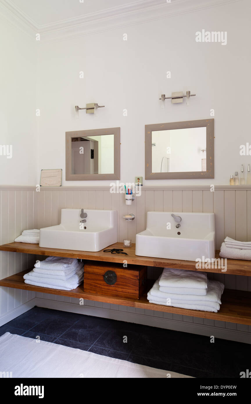 Ikea Waschbecken Einheiten Ruhen Auf Einem Holzregal Mit Einem