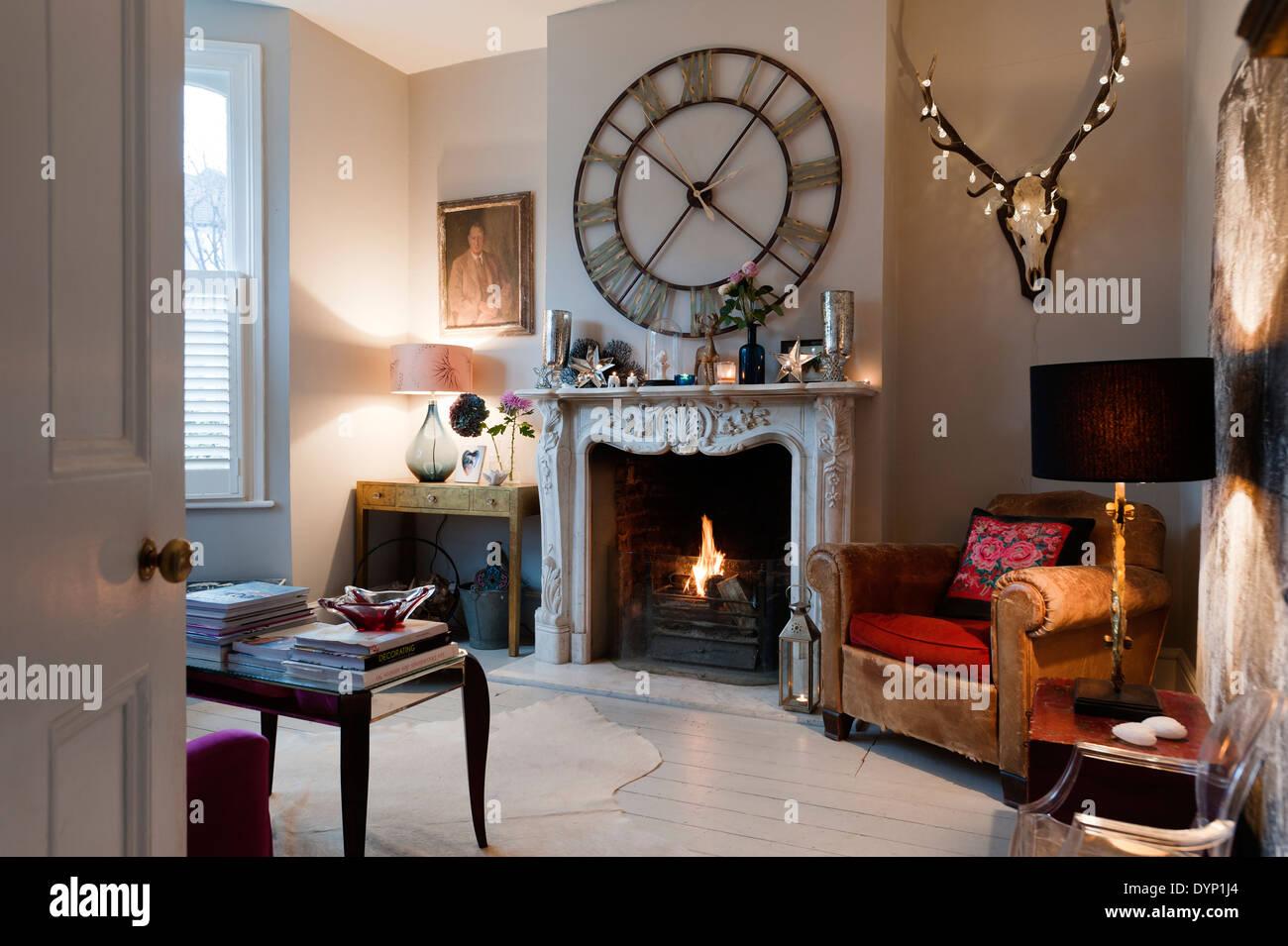 Eine graham und gr n steeple wanduhr ber eine kunstvoll for Wohnzimmer ledersessel