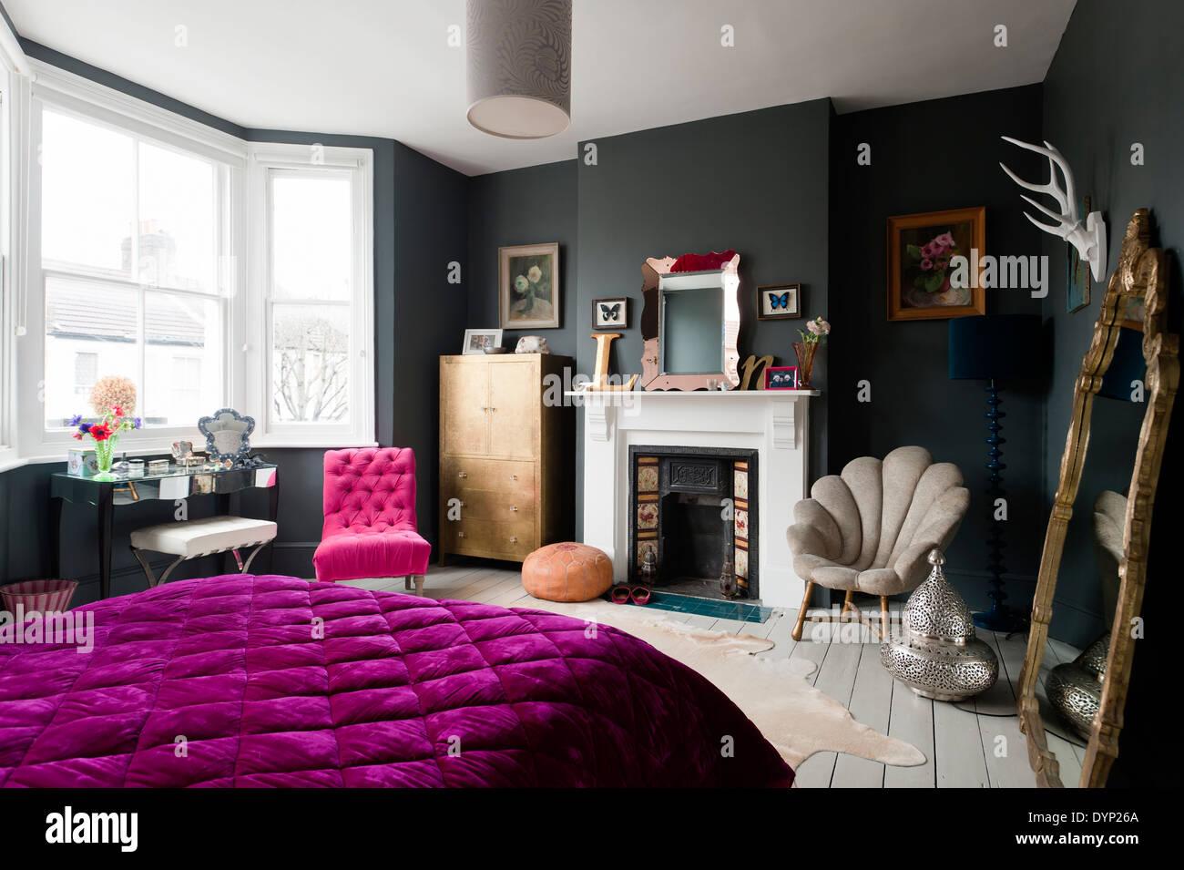 Fantastisch Dunklen Schlafzimmer Mit Sortierten Vintage Und Graham Und Grün Möbel  Bemalt. Ist Eine Lila Decke Auf Dem Bett