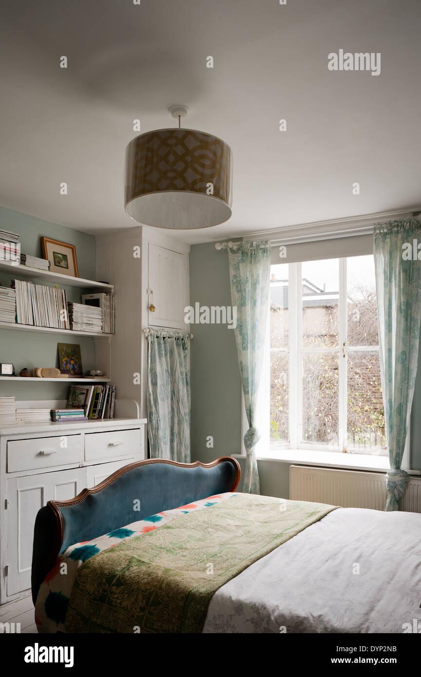 Einfache Schlafzimmer Mit Weissen Holz Schranke Und Eine Pompadour
