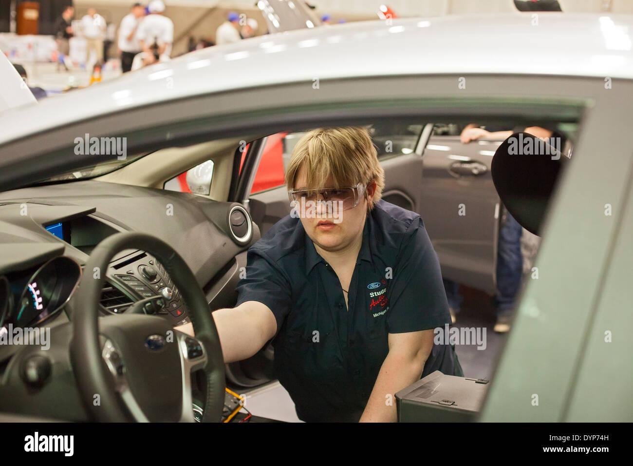 Schülerinnen und Schüler teilnehmen an Auto-Reparatur-Wettbewerb Stockbild