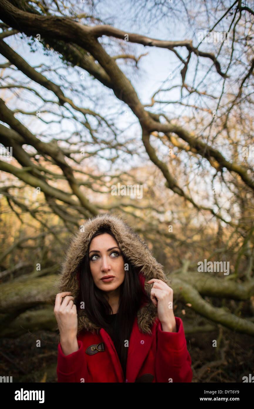 Kleine rote Reiten Haube verloren im Wald: eine hochgewachsene schlanke junge Frau Mädchen allein im Wald Wald Stockbild