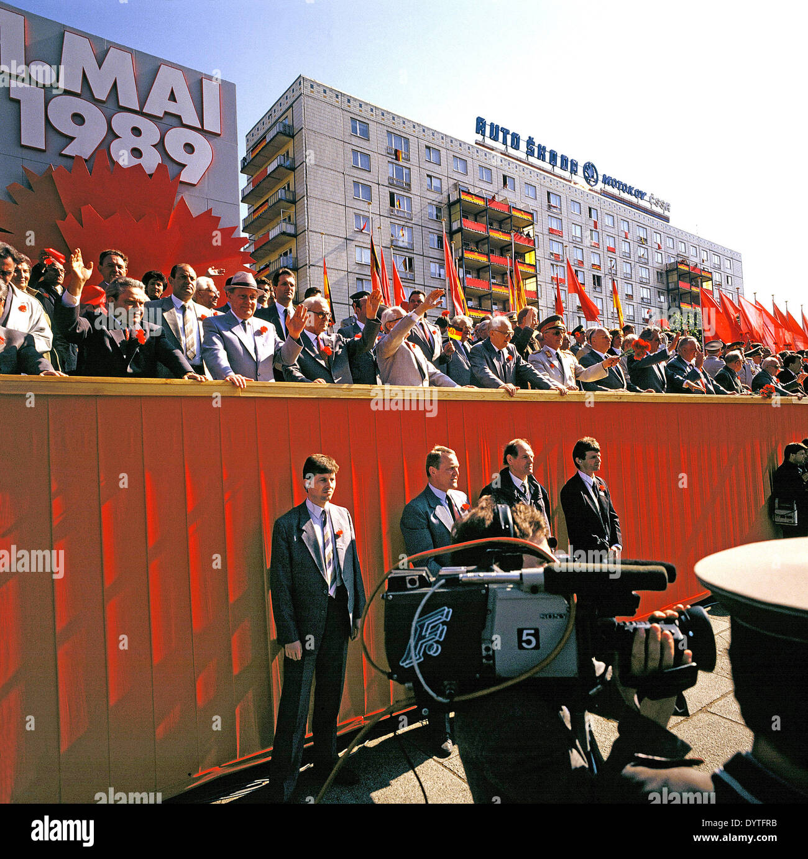 DDR-Prominenz bei der Maifeiertag Parade, 1989 Stockbild