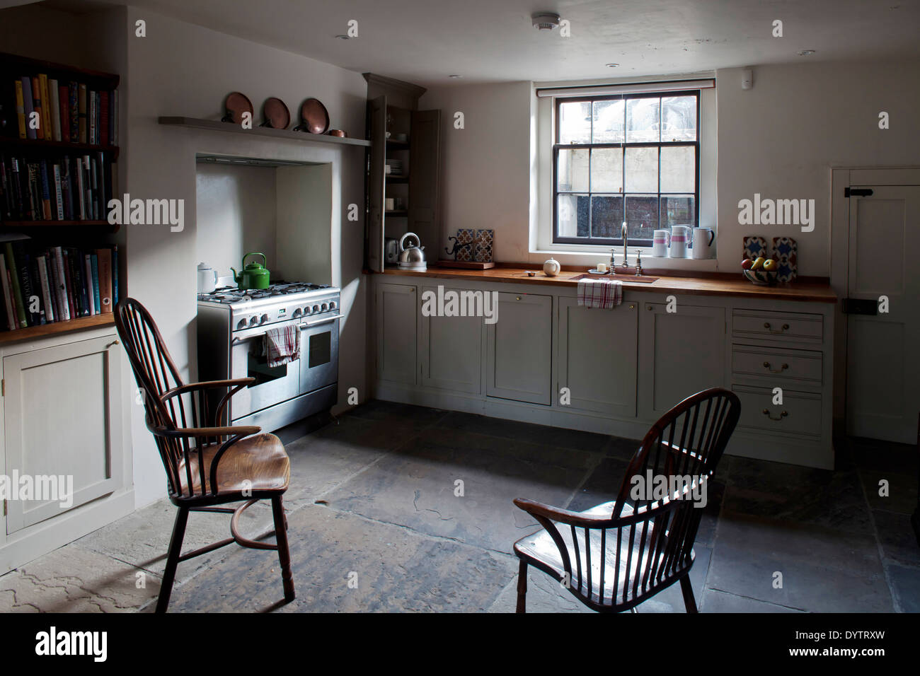 Traditional Neutral Fitted Stockfotos & Traditional Neutral Fitted ...