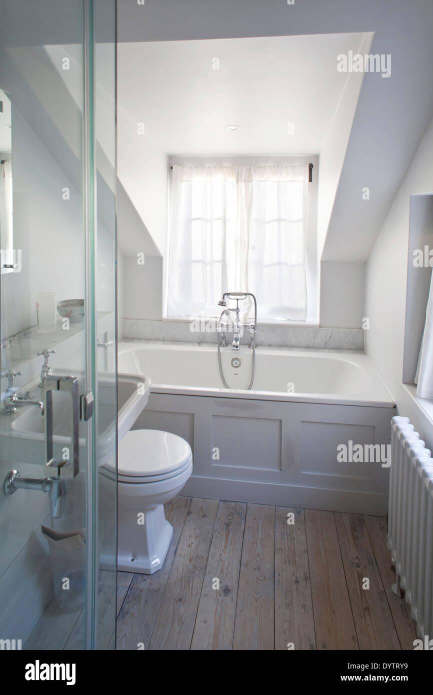 Badezimmer Mit Badewanne Und Dusche Im Dachgeschoss Zimmer, Whitechapel,  London