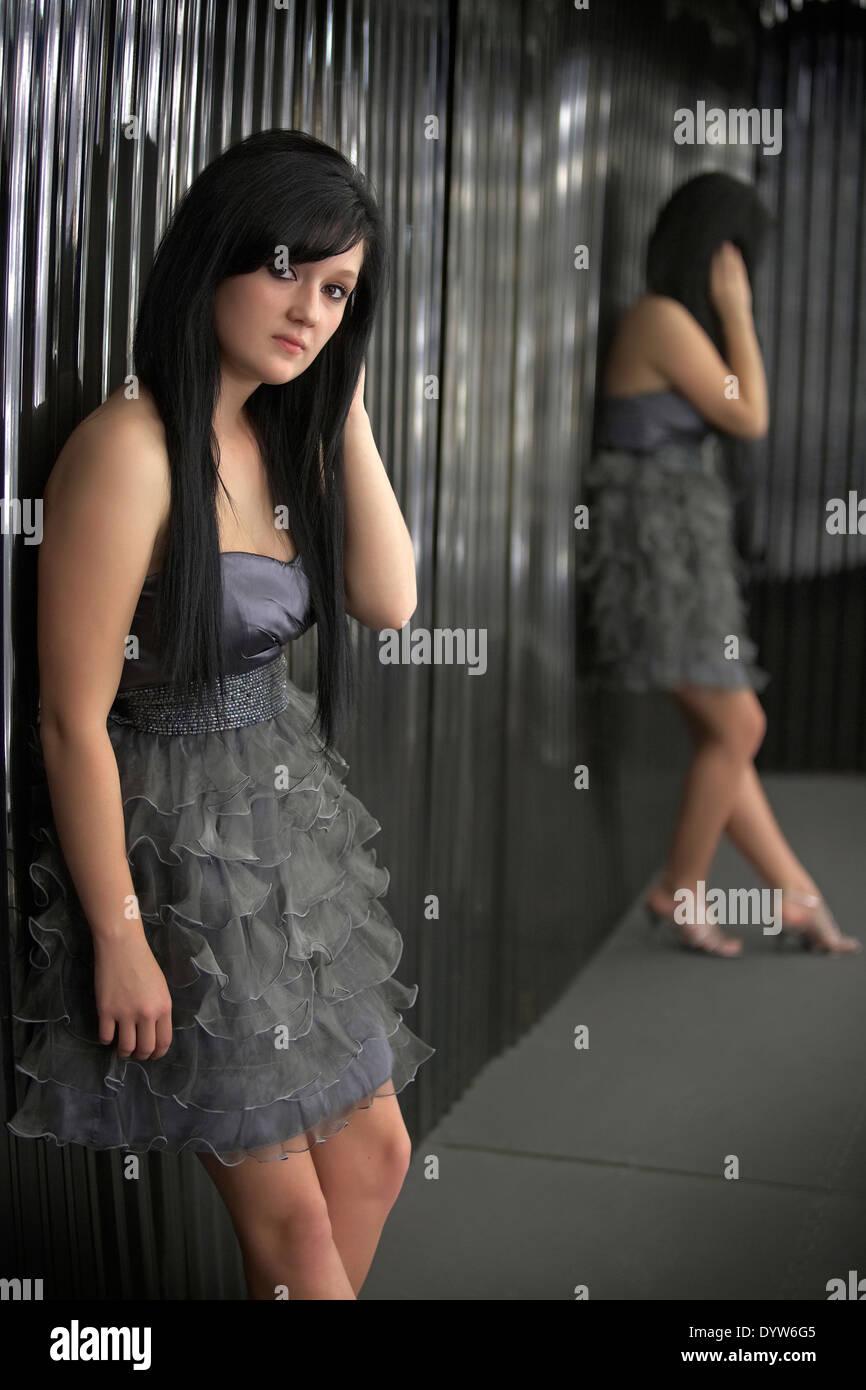 Teen Mädchen ernst mit Reflexion Stockbild