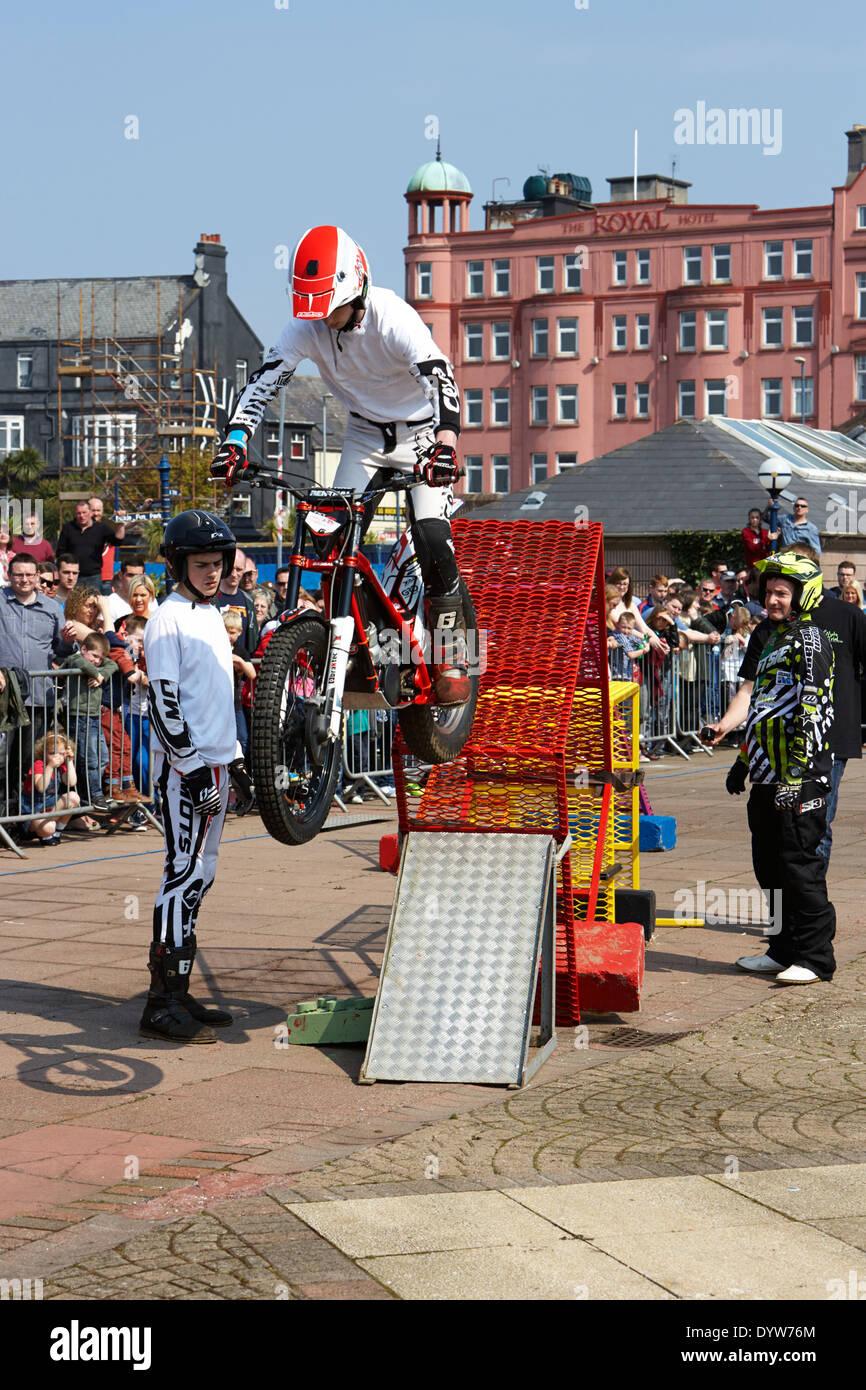 Studien bike Fahrer gehen über Hindernis bei outdoor-Display-Veranstaltung im Vereinigten Königreich Stockbild