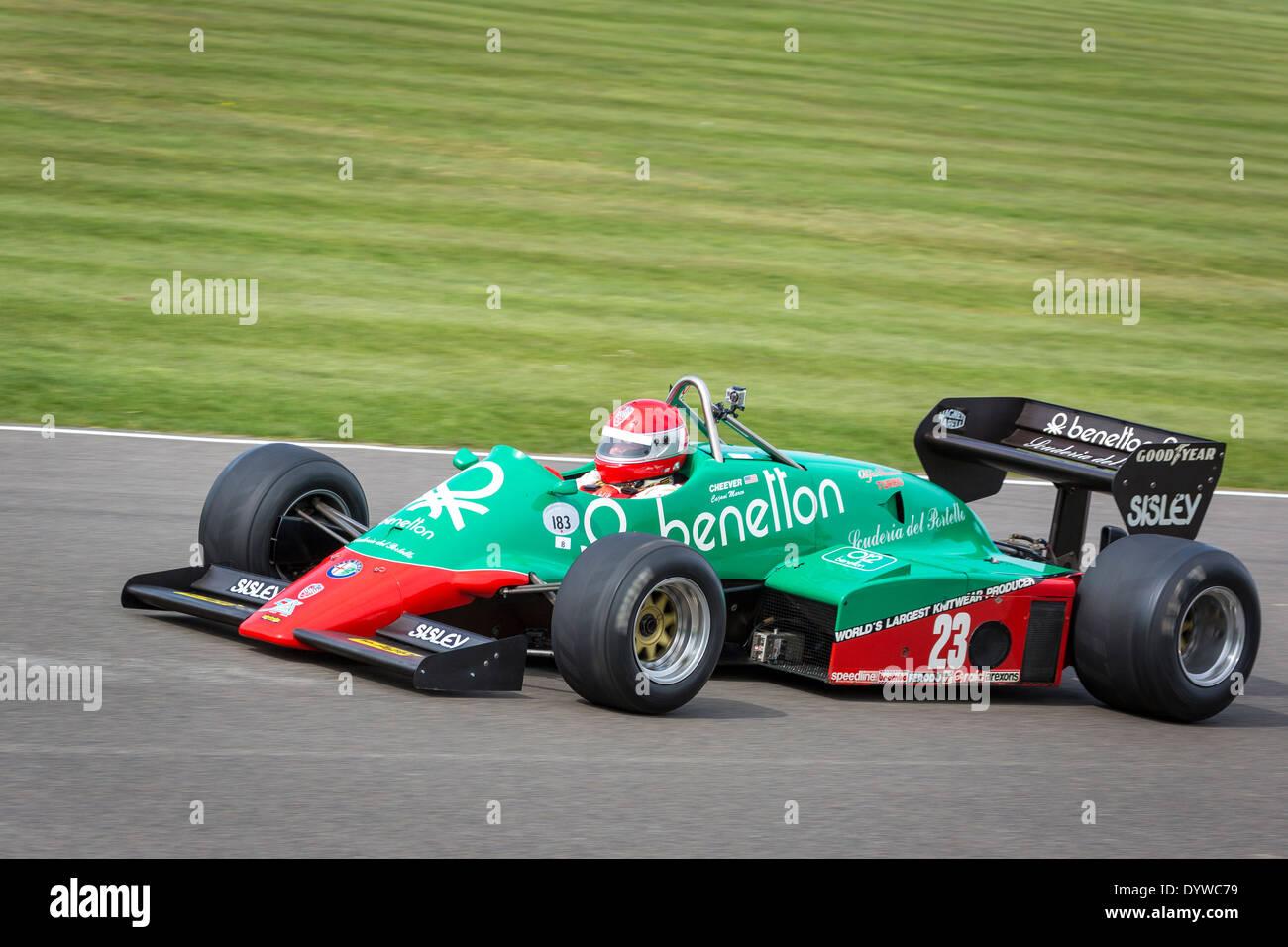 1983 Alfa Romeo Benetton 183T mit Fahrer Marco Cajani an der 72. Goodwood Mitgliederversammlung, Sussex, UK. Stockbild
