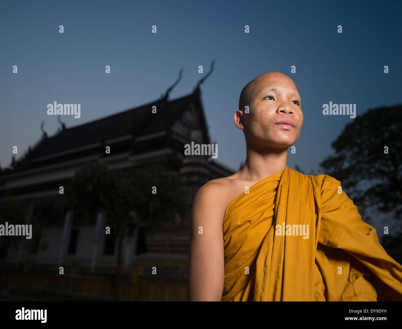 Kambodschanische buddhistischer Mönch im Tempel Angkor Wat in der Morgendämmerung, Siem Reap, Kambodscha Stockbild