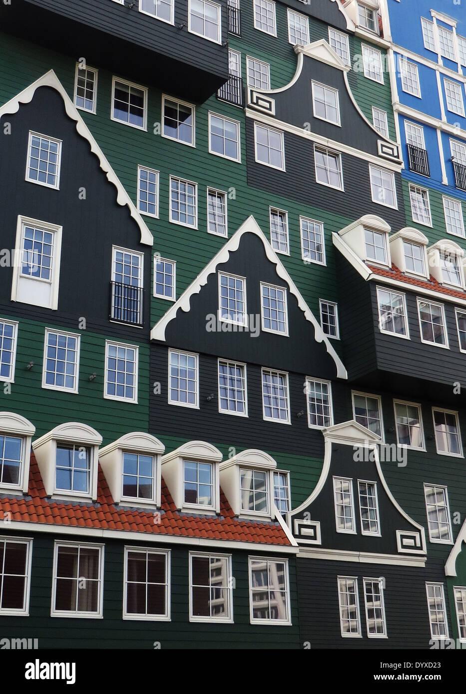 Zeitgenössische Architektur, der schamlos den traditionellen lokalen Baustil der Zaandam Holzhäuser in der Nähe von Beli zitiert Stockbild
