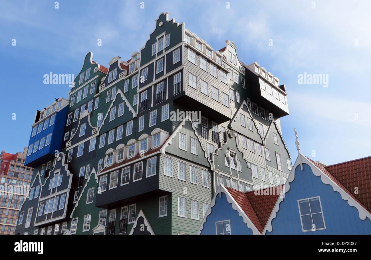 Inntel Hotel zeitgenössischer Architektur, der schamlos den traditionellen lokalen Baustil des Holzhauses Zaandam zitiert Stockbild