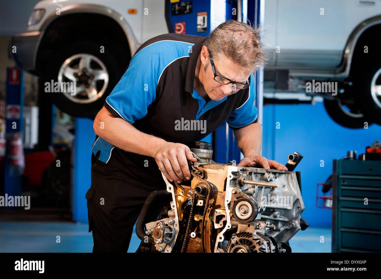 Mechaniker arbeiten an einem Automotor Stockbild